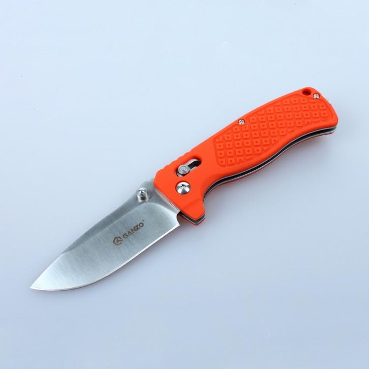 Нож Ganzo G724M оранжевыйРаскладные ножи<br>Нож Ganzo 724M — универсальная модель. Он отлично подойдет для туристических целей и в качестве городского карманного ножа. Лезвие клинка гладко заточено, а его длина составляет 80 мм. К обуху клинок расширяется до 3 мм. Ним удобно приготовить бутерброды на обед, выполнить подсобные работы на рыбалке или в туристическом лагере. Преимущество ножа Ganzo 724M в том, что для него использована марка твердой нержавеющей стали 440С. Этот металл отлично сохраняет свои качества в полевых условиях, когда нож часто используется в сырости. Помимо того, нож из стали 440С не требуется часто подтачивать, а в случае необходимости, это легко сделать с помощью любой карманной точилки.<br>Форма рукоятки выбрана таким образом, чтобы нож удобно лежал в руке. Более того, покрытая текстурным узором поверхность способствует крепкому удержанию ножа даже во влажной ладони. Материалом для накладок на ручку ножа Ganzo 724M служит армированный стекловолокном нейлон. Это новый прочный материал, выдерживающий высокие механические нагрузки и воздействие химически активных веществ.<br>Складная конструкция ножа предусматривает использование фиксатора лезвия. С этой целью специалисты компании Ganzo выбрали замок AxisLock — один из самых надежных фиксаторов, который оставляет возможность открыть нож одной рукой.<br>В закрытом виде нож Ganzo 724M — достаточно компактный. Его длина составляет всего 11 см. Его вполне можно положить в карман. А чтобы нож не выпал, его можно пристегнуть с помощью прижимной клипсы на рукоятке. Также на ручке ножа имеется отверстие для ремешка на руку. Размер ножа в открытом виде составляет 19 см.<br>Особенности:<br><br>прямая заточка режущей кромки;<br>клинок размером 8 см;<br>марка стали для лезвия — 440С;<br>твердость металла по шкале Роквелла — 58 единиц;<br>рукоятка с накладками из армированного нейлона;<br>вес ножа составляет 124 г;<br>установлен замок AxisLock.<br><br>Гарантия: Компания Ganzo дает гарантию на ножи Ganzo 724M