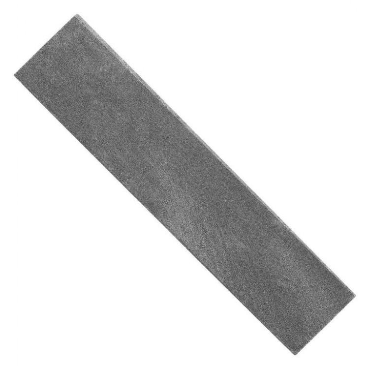 Камень точильный 10 см, блистерБруски и камни<br>На сегодняшний день существует довольно много разновидностей точильных камней, которые отличаются по размерам, зернистости и способу применения. Однако найти действительно качественный образец порой бывает очень трудно. Именно поэтому, компания Опинель (один из самых крупных ножевых брендов) представила точильный камень, который идеально подойдёт для заточки самых разнообразных ножей.<br>Точильный камень Опинель – это натуральный водный камень, добытый в Ломбардии (Италия). По мнению многих специалистов, такой камень является самым универсальным вариантом для обработки режущих кромок любых типов. А небольшие габариты позволяют удобно транспортировать данный точильный камень и при необходимости брать с собой.<br>Способ применения:<br>- Перед непосредственным использованием точильного камня Опинель, его следует полностью погрузить в воду примерно на 10-15 минут.<br>- Затем камень следует достать и положить на бумажное или обыкновенное полотенце и подождать пока стечёт вода. Следует помнить, что точильный камень во время использования всё время должен быть немного влажным, поэтому не рекомендуется вытирать его насухо.<br>- Далее следует расположить точильный камень на устойчивой поверхности нужной вам стороной. В качестве такой поверхности может выступать обыкновенная кухонная доска или полотенце, расположенное на столе. Крайне не рекомендуется использовать для этой цели бумажные изделия.<br>- Обработку режущей кромки рекомендуется выполнять сперва на «грубой» стороне камня, до образования мелких заусениц, а потом уже на мелкозернистой - до их устранения.<br>- Затачивать рекомендуется плавными медленными движениями «от себя». Клинок следует немного прижимать к камню, однако не стоит переусердствовать.<br>- После заточки нож и камень следует промыть и вытереть насухо.<br>- Точильный камень Опинель довольно неприхотлив и не требует каких-либо дополнительных процедур для сохранения твердости и способности к заточке.<br>