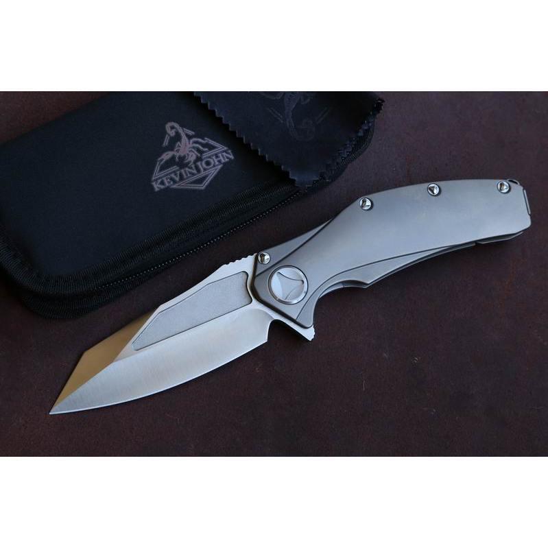 Складной нож MatrixРаскладные ножи<br>Складной нож Matrix создан для истинных ценителей стиля. Клинок аксессуаравыполнен из высокопрочной стали, а его рукоять полностью сделана из титанового сплава. Благодаря своим свойствам он может выдерживать немалые нагрузки. Удобная форма и минимальные размеры позволят вам с легкостью управляться этим складным ножом в походе, на рыбалке или в домашних условиях. Надежный замок обеспечит безотказное срабатывание механизма при открывании клинка, а также при его закрывании.<br>Покупайте этот стильный складной нож и пополняйте свою коллекцию надежых инструментов этим шикарным клинком.<br>