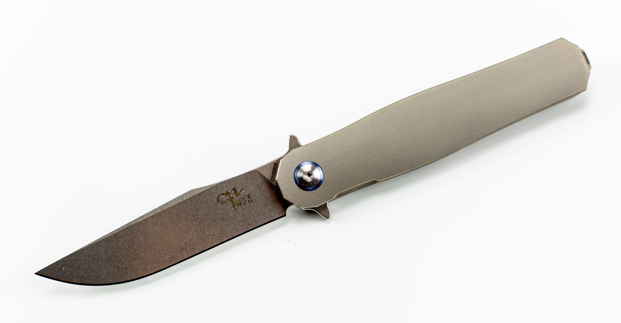 Складной нож CH3505 сталь S35VNРаскладные ножи<br>Простые и лаконичные формы, а также материалы из которых выполнен этот нож смогут оценить лишь настоящие ценители. СКЛАДНОЙ НОЖ CH3505 СТАЛЬ S35VN сочетает в себе стильную внешность, стальной характер и максимальное удобство в процессе использования. Клинок ножа имеет универсальную геометрию, которая позволяет использовать нож для решения широкого спектра задач, как в городских условиях, так и на природе. Клинок ножа выполнен из порошковой стали с высоким содержанием хрома, что обеспечивает эффективную защиту от коррозии. Клинок ножа имеет двухсторонние выступы в районе пятки, которые в рабочем положении выполняют роль гарды для защиты рук. Рукоятка из облегченного титанового сплава позволила снизить вес ножа до минимальных значений. Такой нож можно носить даже в кармане легких летних брюк.<br>