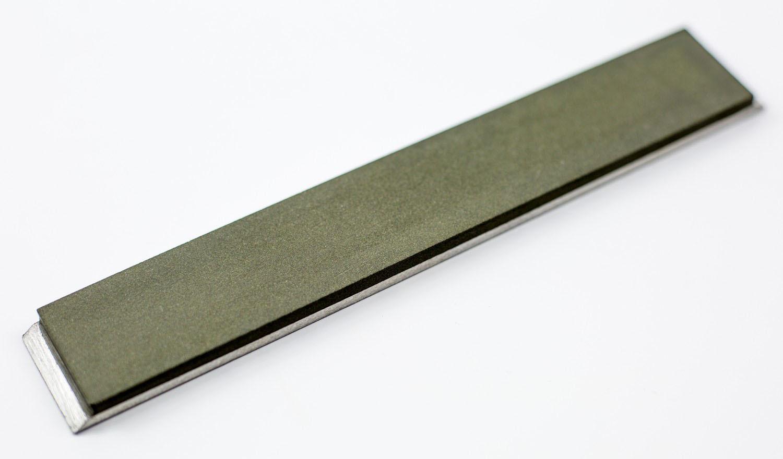 Алмазный брусок зерно 63х50 (под Апекс)Бруски и камни<br>Бренд: Веневский завод алмазных инструментов.<br>Профессиональный брусок для заточки ножей<br>Зернистость: 63х50 микрон<br>на алюминиевой основе<br>длина 150 мм<br>ширина 25 мм<br>Толщина алмазного слоя 3 мм.<br>вес слоя 50 карат.<br><br>Для формирования режущей кромки. Обдирочный.<br>