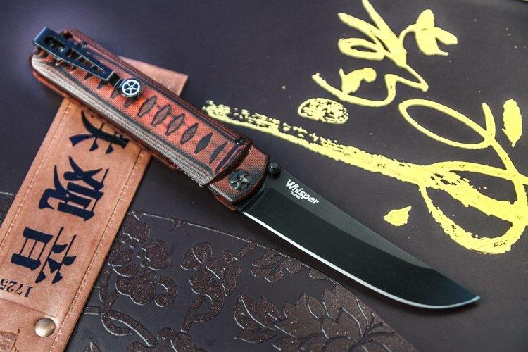 Складной нож Whisper D2 BT RedРаскладные ножи<br>Новинка 2016 года от Kizlyar Supreme - нож Whisper с клинком в форме японского танто. Нож разработаламериканский дизайнер Jason Breeden, хоть это и трудно предположить по явно восточной внешности фолдера.<br><br>Whisper интересенсочетанием простоты, красоты и практичности. Все линии выверены и лаконичны. Плавный изгиб лезвия интересно сочетается с более строгой рукояткой. Четкий рисунок ромбов на накладках навевает мысли о рукояти катаны. Но не стоит думать, что это просто красивая безделушка.<br><br>Длинныепрямые спуски, которые особо ценятся среди экспертов и продвинутых любителей,просто созданыдля отличного контролируемого реза. Красивая 3D фактура накладок из G10 делаетрукоять очень ухватистой. Лайнерный замок прост и надежен, как и осевой блок слатунными шайбами. Работа механики ножа лаконичная и четкая. Завершает образ утонченного востокацветок сакуры на клипсе. И кто скажет после этого, что красота не может быть практичной!<br>
