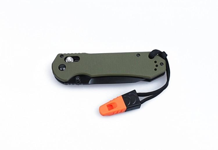 Нож Ganzo G7453Раскладные ножи<br>Модель Ganzo G7453 понравится как любителям активно проводить время на природе, так и всем прочим ценителям качественных ножей. В данном случае используется складная конструкция, особенно удобная для карманных моделей. Все материалы подобраны таким образом, чтобы нож действительно долго прослужил. Внешний вид изделия также достоин похвал. Клинок сделан из твердой нержавеющей стали, которая и коррозии противостоит, и заточку держит долгое время. Это марка 440С. На поверхность лезвия нанесено черное защитное покрытие. Оно дополнительно оберегает металл от негативных внешних факторов, делает клинок полностью матовым, а также играет декоративную роль. Покрытие нанесено стойкой порошковой краской и не стирается со временем. Благодаря нему, нож можно использовать в тактических целях, поскольку он не будет создавать блики на солнце. Длина клинка в модели Ganzo G7453 равна 90 мм. Форма лезвия — drop point с немного заниженным краем обуха и острым кончиком.<br>Рукоятка ножа этой модели сделана из G10 — композитного материала на основе стекловолокна. Он во многом превосходит обычный пластик, а по прочности даже сравним с металлом. Рукоять имеет небольшую выемку снизу под пальцы. Кроме того, чтобы ладонь не скользила, на накладках выполнена накатка с мелким геометрическим рисунком. С одной из сторон, к ручке ножа прикреплена клипса из стали, за которую Ganzo G7453 легко повесить на ремень. Если есть желание, ее можно самостоятельно перекрутить на обратную сторону рукоятки.<br>В качестве замка для лезвия складного ножа используется механизм Axis Lock. Его конструкция основана на использовании стального штифта, поэтому замок очень надежен. Но чтобы он прослужил действительно долго, замок следует оберегать от попадания внутрь него грязи.<br>Помимо того, Ganzo G7453 укомплектован темляком и свистком.<br>