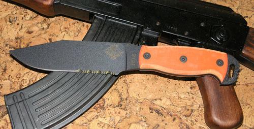 Нож с фиксированным клинком Ontario RD6 Orange G10, серейторOntario Knife Company<br>Нож RD6 Orange G10, сталь 5160, серейтор, клинок черный, рукоять с отверстием (G10).<br>