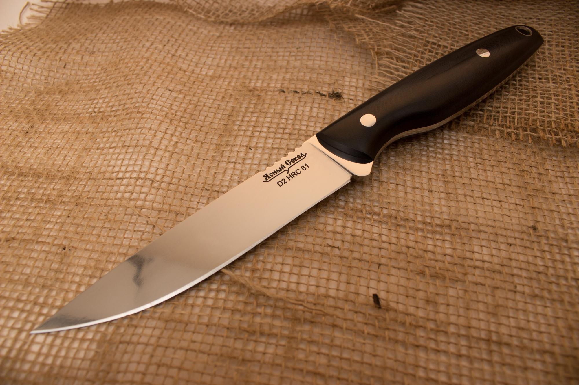 Нож  Хищник 2Ножи Павлово<br>Характеристики:<br><br>Марка стали клинка: D2<br>Длина ножа (мм):  250 мм<br>Длина клинка (мм): 125 мм<br>Длина рукояти (мм): 125 мм<br>Наибольшая ширина клинка (мм): 24,5 мм<br>Толщина обуха (мм): 3,5 мм<br>Твердость стали: 61 HRC<br>Материал рукояти: G10<br>Материал ножен: кожа<br>Страна изготовитель: Россия<br>Производитель: Ясный Сокол<br><br>Описание:<br><br>Нож Хищник 2 очень хорош на кухне. Легко промывается и продувается. Комфортно сидит в руке, выполнит любую нарезку. Со своей задачей справится лучше любого «кухонника».<br>Данный вид клинка имеет прямой обух и способен прокалывать острием. Острие находится выше оси приложения силы при уколе. Имеет прямой клин с подводами к режущей кромке. Хорошо приспособлен для реза. На обухе имеются насечки под палец.<br>Рукоять имеет подпальцевую выемку, обеспечивающие прочное удержание ножа и безопасность его использования. Рукоять изготавливается из материала G-10.<br>Ножны с логотипом «Ясный Сокол» изготовлены из прочной натуральной кожи, прошиты прочными и нитками и обработаны влагонепроницаемой пропиткой. Нож плотно сидит в ножнах, что исключает потерю ножа при беге. Ножны на жестком и свободном подвесе, стильные, простые (все для людей). Форма ножен подобранна так, что клинок не может острием их проткнуть или лезвием прорезать какую-либо из их частей.<br>