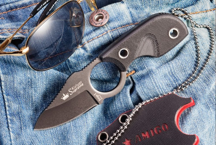 Нож Amigo X, D2 BlackНожи Кизляр<br>Характеристики:Полная длина 133 ммДлина клинка 69 ммТолщина клинка 2,85 ммШирина клинка 32 ммДлина рукояти 65 ммТолщина рукояти 12 ммМатериал клинка Сталь D2Твердость 59-60 HRCВес 0,068 г, а с чехлом 0,096 гМатериал рукояти G10Конструкция Хвостовик идет по всей длине рукоятиНожны/чехол Шейные ножны из G10 с зажимом клинкаКомплектация Нож, чехол, паракорд (около 87 см), подарочная коробкаПожизненная гарантия от заводских дефектов<br>