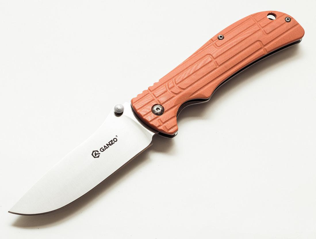 Нож Ganzo G723 оранжевыйРаскладные ножи<br>Нож Ganzo G723 изготовлен таким образом, чтобы объединить практичность и привлекательный дизайн. Он предназначен для использования во время отдыха за городом или же в качестве карманного ножа на каждый день.<br>Для того, чтобы нож мог прослужить долгое время, его клинок сделан из нержавеющей стали высокого качества -440С. Этот сплав отличается хорошей сопротивляемостью к коррозии и, в то же время, достаточно большой твердостью — порядка 58 HRC. Благодаря этому, нож долго остается острым даже без регулярного подтачивания. Длина лезвия ножа составляет 9,5 см при его толщине по обуху 0,4 см. Вместе с рукояткой длина готового к работе ножа составляет 21,5 см. В закрытом же виде он гораздо более компактный — всего 12 см в длину.<br>Чтобы носить сложенный нож было удобно и безопасно, производители выбрали для него популярный тип замка FrameLock. Он известен высокой надежностью и простотой использования. Исходя из особенностей фиксирующего механизма, основой рукоятки ножа является металлическая пластина. Пластиковая накладка украшает лицевую сторону ручки. Для нее использован прочный стеклопластик G10, который известен своей износостойкостью. Поверхность накладки — не ровная, что сделано специально для более крепкого захвата ножа. Также на рукоятке предусмотрены клипса и отверстие для темляка, чтобы владелец ножа мог закрепить его, например, на лямке рюкзака.<br>Вес модели Ganzo G723 составляет 180 г, что совсем не много для ножа, который станет лучшим помощником в приготовлении походного обеда или выполнении важнейших в загородных условиях видов мелких работ. Этот нож безусловно понравится рыбакам, охотникам, путешественникам и другим людям, которые предпочитают отдыхать активно.<br>Особенности:<br><br>лезвие ножа сделано из нержавеющей стали;<br>на рукоятке — пластиковая накладка;<br>гладкая заточка клинка;<br>длина сложенного ножа — 12,5 см;<br>длина открытого ножа — 21,5 см;<br>вес ножа — 180 г;<br>твердость стали 58 HRC.<br><