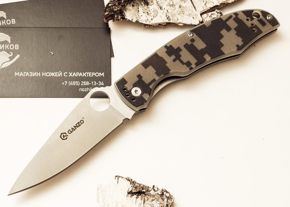 Нож Ganzo G732 камуфляжРаскладные ножи<br>Складной нож Ganzo G732 с первого взгляда привлекает внимание дизайном. У него широкий клинок необычной формы с отверстием круглой формы, которое выполняет роль шпенька для открывания. Рукоятка подогнана под форму руки, а ее цвет покупатель выбирает из четырех возможных вариантов. Но внимания заслуживает не только дизайн ножа, но и материалы, из которых он изготовлен.<br>Для клинка производители выбрали хорошо известную марку стали — 440С. Это нержавеющий сплав высокого качества, который широко используется для производства ножей среднего ценового сегмента. Эта сталь позволяет произвести закалку до твердости около 58 единиц в соответствии со шкалою Роквелла. Длина клинка ножа равна 9,5 см при толщине его обуха 0,33 мм. Поверхность клинка отшлифованная и Режущая кромка получила классическую ровную заточку, которая используется в работе практически с любыми материалами.<br>Основа рукоятки Ganzo G732 также металлическая, но на металле закреплены накладки из G10. Это современный вид композитного пластика, состоящего из стекловолокна и эпоксидной смолы. Ему легко придать необходимую форму и окрасить накладки в выбранный цвет. Так, данная модель может быть с черной, оранжевой, зеленой и камуфляжной рукояткой. В хвосте рукоятки есть небольшое отверстие для присоединения темляка. А ближе к клинку прикручена металлическая клипса для поясного ремня, которая держится на трех болтах.<br>В готовом к выполнению работ виде, Ganzo G732 имеет длину 215 мм. В сложенном же он легко помещается в карман. Чтобы клинок не мог случайно открыться, он фиксируется механизмом Liner-Lock. Ножевой замок такой конструкции очень простой, но эффективный и целиком исключает возможность случайного срабатывания.<br>Сделан по аналогузнаменитогоножа Spyderco.<br>Гарантия: Приобретая ножи Ganzo G732, вы получаете оформленный гарантийный талон со сроком действия двенадцать месяцев с даты продажи.<br>