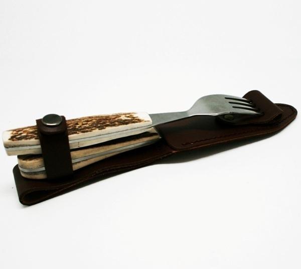 Набор приборов Эстет (нож и вилка)Подарочные наборы ножей<br>Для ценителей искусства в самых разных его проявлениях, а особенно этнических истоков - этот набор столовых приборов. Сталь, кость, кожа чехла - все сделано искусно и изящно. Еда с их помощью станет особым эстетическим удовольствием.<br><br>Материал рукояти - рог оленя<br>Длина кожаного чехла: 23,5 см<br>Длина вилки: 19,5 см<br>Длина ножа: 20 см<br>