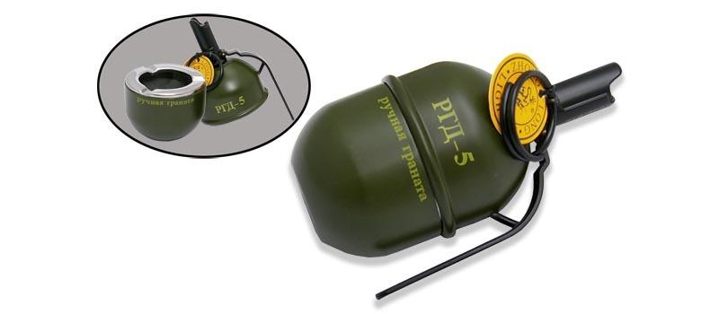 Зажигалка-пепельница настольная Граната РГД-5Зажигалки<br>Настольная зажигалка-пепельница Граната РГД-5 – один из самых оригинальных источников пламени, который только можно носить с собой в кармане! Выполненная в виде натуральной осколочной гранаты, эта креативная вещица совмещает в себе функциональную емкость для пепла и надежную газовую зажигалку. Размер этого брелока практически идентичен оригиналу, ну а вес – меньше. Как и подобает оружию, зажигалка работает «без осечек», давая стабильный огонь. Все, что нужно – лишь заправить ее газом и аксессуар будет в строю. Выбирайте зажигалку в форме гранаты с пепельницей в качестве эксклюзивного подарка!<br>Характеристики: Длина: 130 мм Ширина: 74 мм Материал: металл, пластик<br>Зажигалка продается без газа.<br>