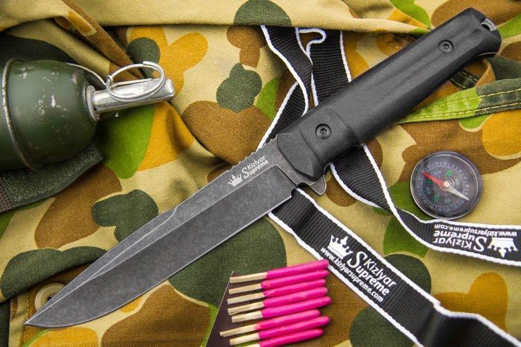 Тактический нож Delta AUS-8 SW, КизлярНожи Кизляр<br>Delta изготавливается изграмотно сбалансированнойстали AUS-8 (58-60 HRC), сохраняющей заточку продолжительное время и обладающей хорошей коррозионной стойкостью. Высокоэргономичная рукоять Delta изготовлена из высококачественного,в меру мягкого, материалаKraton, а чехол из прочных современных материалов совместим с популярными системами разгрузки и обладает способностью зацепиться практически куда угодно и как угодно.Ножи серии Tactical Echelon отличаются формами клинков, но общей для них остается форма рукояти, так как на взгляд дизайнеров Kizlyar Supreme для данной серии она обладает совершенной эргономикой. Конструкция ножей простая, но максимально прочная: накладки рукояти, изготовленные из Kraton, известного своей износоустойчивостью к истиранию и повышенными фрикционными качествами, прикручены к цельнометаллическому хвостовику резьбовыми стяжками, а также дополнительно проклеены. Стоит отметить, что рукоять идеально совместима с тактическими перчатками.<br>Комплектация Нож, чехол с многофункциональным креплением Molle, темляк, международный гарантийный талон, подарочная упаковка<br>