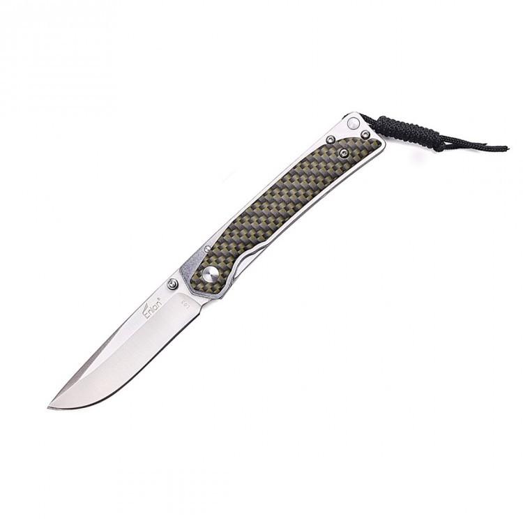 Нож Enlan L03-1Раскладные ножи<br>Enlan L03-1 – это компактный карманный нож, предназначенный для решения повседневных и туристических нужд как в городских, так в и походных условиях. Достоинствами ножа Enlan L03-1 можно считать хорошую надежность, удобность и простой, но, тем не менее, довольно интересный дизайн.<br>Ищете компактный карманный нож, который действительно будет «ощущаться в руке» при сравнительно небольших габаритах? Тогда Enlan L03-1 - это именно то, что вы искали. Этот нож, несмотря на свои размеры и малую массу, за счёт металлической конструкции комфортно ложится в ладонь и подходит практически для любого хвата, что позволяет использовать модель L03-1 как в городе, так и на природе, например, во время туристического похода или при поездке в кемпинг.<br>Лезвие и основа рукоятки выполнены из нержавеющей стали марки 8Cr13Mov. Комплектующие, выполненные из этого металла, благодаря заводской термической обработке, обладают хорошей прочностью и способны выдержать различные физические воздействия, также, они устойчивы к влаге и перепадам температуры. Твердость клинка составляет примерно 58-60 единиц по шкале Роквелла (HRC). Это значение является оптимальным показателем для карманного ножа, так как при меньшем уровне твердости, металл был бы слишком мягким, при большем – чересчур хрупким.<br>Увы, данная модель подойдёт преимущественно правшам, так как шпенек присутствует только с одной стороны.<br>Фиксируется лезвие посредством одного из самых надежных замком – Liner-Lock`a. Данный замок хоть и известен уже более сотни лет, тем не менее, остается одним из самых популярных ввиду простоты конструкции и неприхотливости к условиям эксплуатации (сохраняет функциональность даже при попадании внутрь грязи, пыли и влаги).<br>Накладки на рукоять выполнены из ударопрочного пластика и имеют матовую поверхность, благодаря чему нож не скользит в руках при удержании. На торце рукоятки присутствует специальное крепление под темляк, с помощью которого вы сможете транспорт