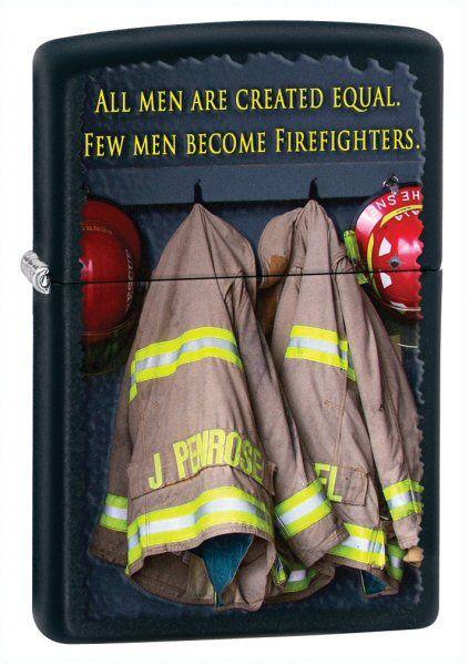 Зажигалка ZIPPO Fireman Сoats Black Matte, латунь с порошковым покрыт., черный, матовая, 36х56х12 ммЗажигалки Zippo<br>Зажигалка ZIPPO Fireman Сoats Black Matte, латунь с порошковым покрытием, черный, матовая, 36х56х12 мм<br>
