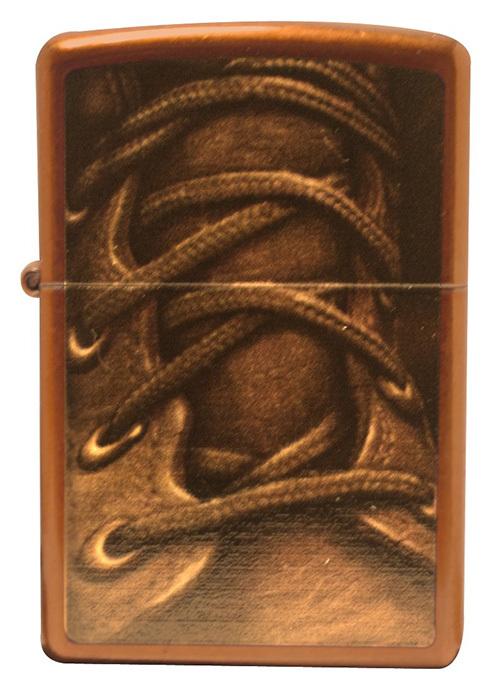 Зажигалка ZIPPO Boot Laces, латунь с покрытием Toffee™, бронзовая, 36х12x56 ммЗажигалки Zippo<br>Зажигалка ZIPPO Boot Laces, латунь с покрытием Toffee™, бронзовый с рисунком ботинка со шнурком, 36х12x56 мм<br>