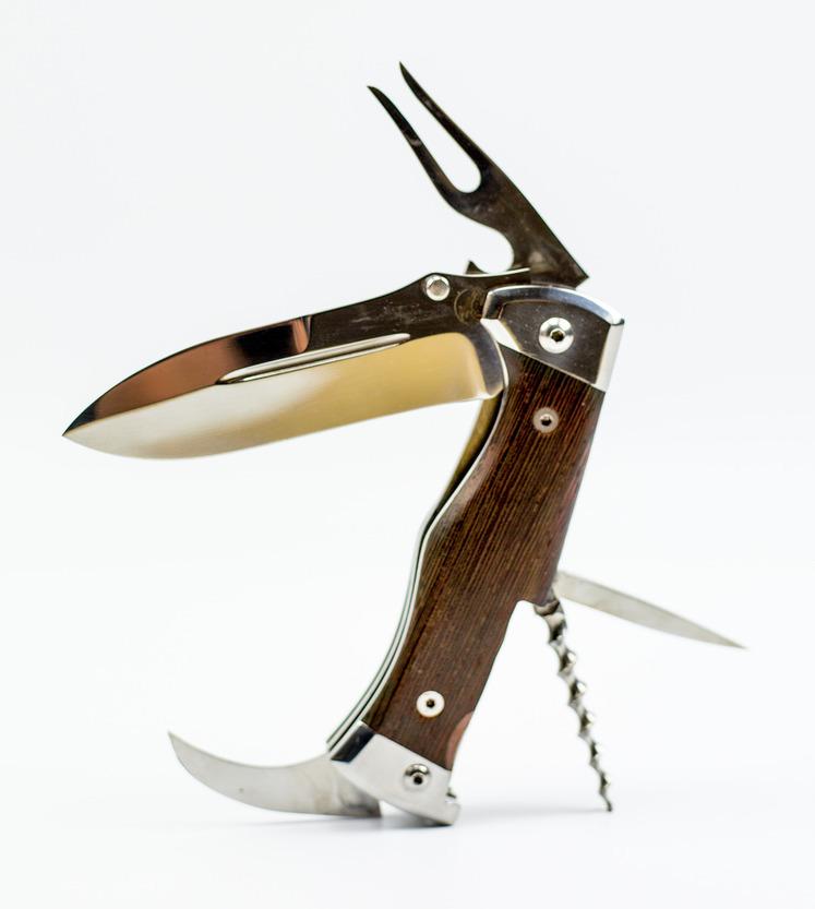 Складной многопредметный туристический нож НаркомовскийРаскладные ножи<br>Складной многопредметный походныйнож НаркомовскийВключает :основной клиноквилкуконсервный ножбутылочный ключшилоштопор<br>Сталь: 65х13Общая длина, мм 220Длина клинка, мм 98Длина рукояти, мм 122Толщина обуха, мм 3,2Ширина клинка, мм 32<br>Нож включает 100-мм клинок, вилку, консервный нож и штопор. Клинок делают из нержавеющей или высокоуглеродистой (65X13) стали. Твердость клинка 54—56 ИКС. Клинку придана копьеобразная форма. Заточка полуторная. В корневой части обуха есть упор для большого пальца. Для повышения жесткости клинка его снабдили долами. Открывание клинка производится за специальный цилиндрический выступ.Нож хорошо режет различные материалы. При необходимости может быть применен и для нанесения колющих ударов.Рукоять стальная. Деревянные накладки крепятся с помощью заклепок. На массивном стальном навершии закреплено кольцо для присоединения темляка. Благодаря наличию развитого брюшка обеспечивается высокая надежность хвата.Нож можно носить в карманах обмундирования или снаряжения, хотя его размеры достаточно велики: в открытом положении длина составляет 220 мм, а в сложенном положении — 120 мм.<br>