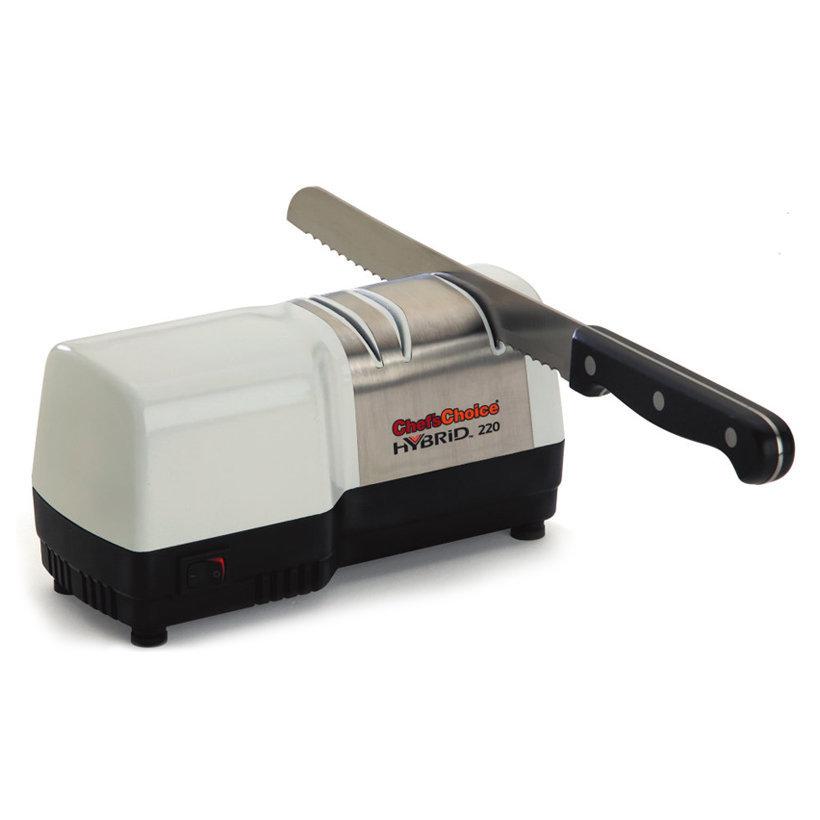 Гибридный станок для заточки ножей   Chef'sChoice CH220Станки для заточки<br>Количество этапов заточки: 2Тип направляющей угла заточки: МагнитныйСтадия предварительной заточки: ЕстьМикросеррейтирование: НетСтадия заточки: ЕстьСтадия доводки: ЕстьКонтроль угла заточки: ЕстьСтадия правки / полировки: НетВремя заточки: 3-5 минТип абразивного покрытия: АлмазРекомендована для: Кухонные ножи, Туристические и складные ножи, СеррейторныеМощность двигателя 40 Вт<br>Уникальный гибридный станок ChefsChoice CH/220 объединил в себе лучшие качества электрических и механических устройств. Заточка обычных или серрейторных лезвий на нем происходит в два этапа под автоматическим контролем направляющих. В процессе задействованы конические диски со 100%-м алмазным покрытием, создающие первоначальный угол при помощи электрического механизма. Доводку, правку и полировку выполняют мелкозернистые диски механическим способом.<br>Эксплуатация прибора не вызывает трудностей ни на электрифицированном, ни на ручном этапах. Достаточно всего один раз выполнить эту процедуру с кухонным или туристическим ножом, чтобы освоить простой принцип работы прибора. Благодаря двухступенчатой заточке полученная острота не только впечатляет, но и сохраняется надолго.<br>Станок с белоснежным корпусом имеет компактные габариты, эстетичный внешний вид и полностью соответствует требованиям к технике безопасности.<br>