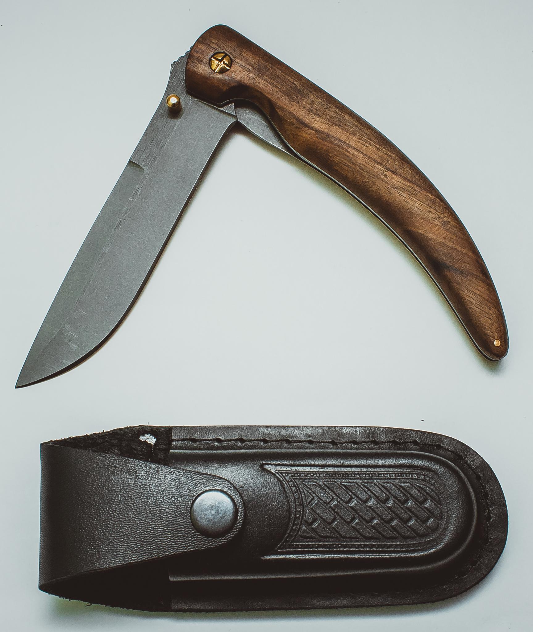 Складной нож Нарвал, сталь 95х18, орехРаскладные ножи<br>Клинок этого ножа может использоваться для решения разнообразных задач, с которыми человеку приходится сталкиваться как в городе, так и в природе. Можно сказать, что нож «Нарвал» многофункционален и универсален. Таким ножом удобно пользоваться в процессе приготовления пищи. Нож можно использовать для разделки и свежевания небольшой дичи. К тому же, этот нож просто красив и его приятно показать друзьям во время вечерних посиделок. Чтобы ношение ножа не доставляло неудобств, в комплекте есть удобный чехол из натуральной кожи.<br>