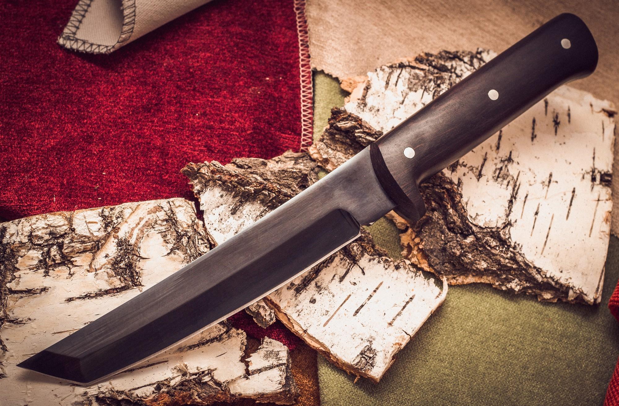 Нож Металлист Тантоид MT-12, черный граб, сталь 65ГМеталлист<br>Коллекционный нож Металлист Тантоид, сталь 65Г с рукояткой из граба создан по образцу традиционных японских клинков. Функциональное плоское лезвие для реза и рубки и крепкий толстый кончик находят двойное применение и в современном доме.<br>Режущие свойства помогут справиться с обычной поварской работой, а негнущееся острие пригодится для пробивания отверстий, отгибания жестких металлических поверхностей, резки бумаги или картона.<br>Стильный восточный танто-нож укомплектован кожаными ножнами и легко поддается повторной заточке.<br>