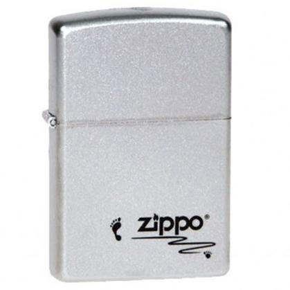 Зажигалка ZIPPO Footprints Satin Chrome, латунь с никеле-хром. покрыт. серебр., матов., 36х56х12 ммЗажигалки Zippo<br>Зажигалка ZIPPO Footprints Satin Chrome, латунь с никеле-хромовым покрытием, серебряный, матовая, 36х56х12 мм<br>