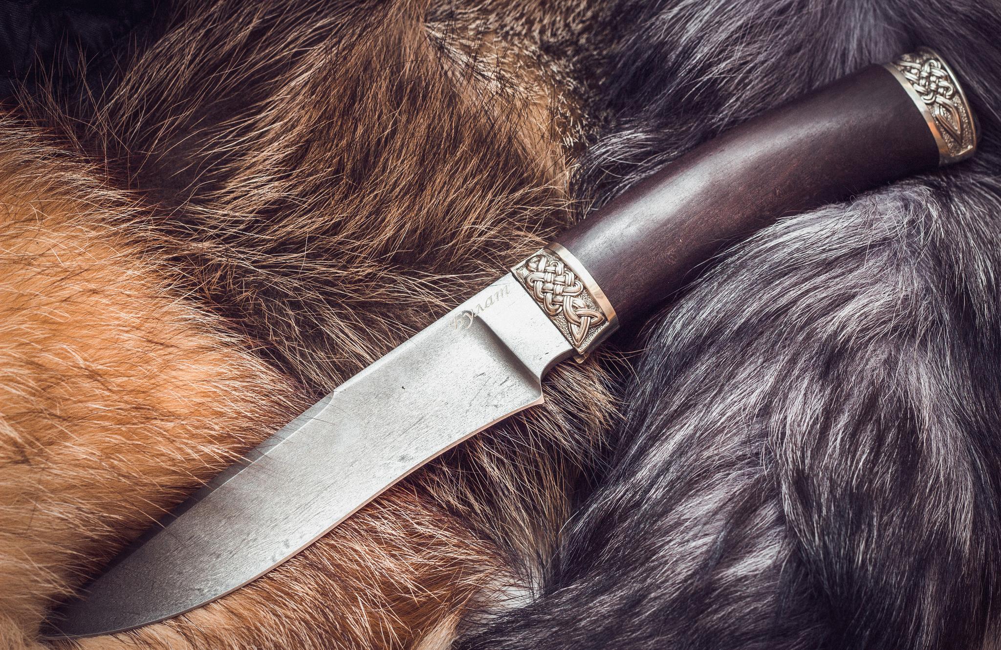 Нож из булатной стали Кметь, мельхиорНожи Ворсма<br>Рукоять ножа изготовлена из темного граба. Притины отлиты из мельхиора, имеют высокую прочность и долговечность, не тускнеют в ходе эксплуатации.<br>