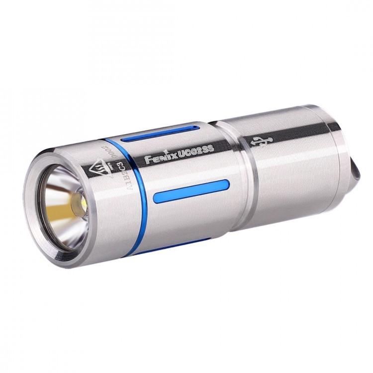 Фонарь Fenix UC02SS, серыйБренды ножей<br>Модель Fenix UC02SS сделана как можно более компактной, удобной и надежной. Этот фонарь работает всего на одном диоде — белом Cree XP-G2 S2. Особенность такого диода состоит в большой продолжительности его жизни. Он предоставит более 50 тысяч часов освещения. Максимально доступная для UC02SS яркость составляет 130 люмен. Это не так уж мало для фонаря-брелока и позволяет качественно освещать предметы или территорию не только на ближнем, но и на среднем расстоянии. Яркость 130 люмен дает режим High. В данном случае, дистанция освещения составляет 48 метров, а до полной разрядки аккумулятора фонарь проработает 25 минут. Второй режим гораздо более экономный. Он дает всего 10 люмен, что увеличивает время работы до разрядки до 3 часов 50 минут. Радиус освещаемой территории при этом составляет 14 метров.<br>Модель UC02SS работает с аккумулятором, который продается вместе с этим фонарем. Его формат — 10180. Такой аккумулятор можно многократно заряжать вновь, а потому прослужит он по-настоящему долго. Кстати говоря, для зарядки батарею не нужно вынимать из корпуса фонарика. Однако фонарю придется открутить голову, чтобы получить доступ к разъему micro-USB. Зарядка полностью разряженного аккумулятора продлится 45 минут. Когда индикатор переключится с красного на зеленый, процесс зарядки будет завершен.<br>Система управления для Fenix UC02SS реализуется при помощи поворотного кольца, которое расположено в районе головы фонарика. UC02SS не запоминает выбранную яркость и включается всегда в режиме Low.<br>Корпус изготавливается из нержавеющего сплава стали. На нем имеются цветные декоративные вставки, которые могут быть синими или же золотыми. В хвосте фонарика имеется стальная петля, в которую можно продеть темляк, цепочку или же шнурок, который входит в комплект. Соответственно, фонарь можно носить так, как вам будет удобно: на шее, в кармане, в сумке или на ключах.<br>Особенности:<br><br>маленький по размеру фонарь;<br>в комплект вклю