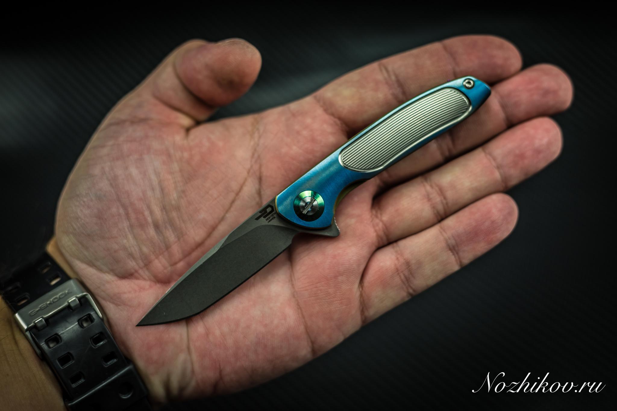 Складной нож Bestech Knives BT1705B, сталь CPM-S35VN, рукоять титанРаскладные ножи<br>СКЛАДНОЙ НОЖ BESTECH KNIVES BT1705B сочетает в себе инновационные материалы, передовой дизайн и высокотехнологичные способы обработки металла. Если нож для вас не только инструмент, но еще и элемент повседневного стиля, то вам совершенно точно нужен именно этот вариант. К тому же дизайн этой модели создан коллективом известных найфмейкеров и защищен патентом. Клинок из порошковой стали высокой твердости имеет на поверхности оксидную пленку, которая обеспечивает дополнительную защиту от коррозии и агрессивных сред. При ежедневном использовании достаточно лишь поддерживать режущую кромку в рабочем состоянии и тогда нож сохранит остроту в течение длительного времени. Рукоять из облегченного титанового сплава покрыта рифлением, что обеспечивает надежный контакт в процессе работы.<br>