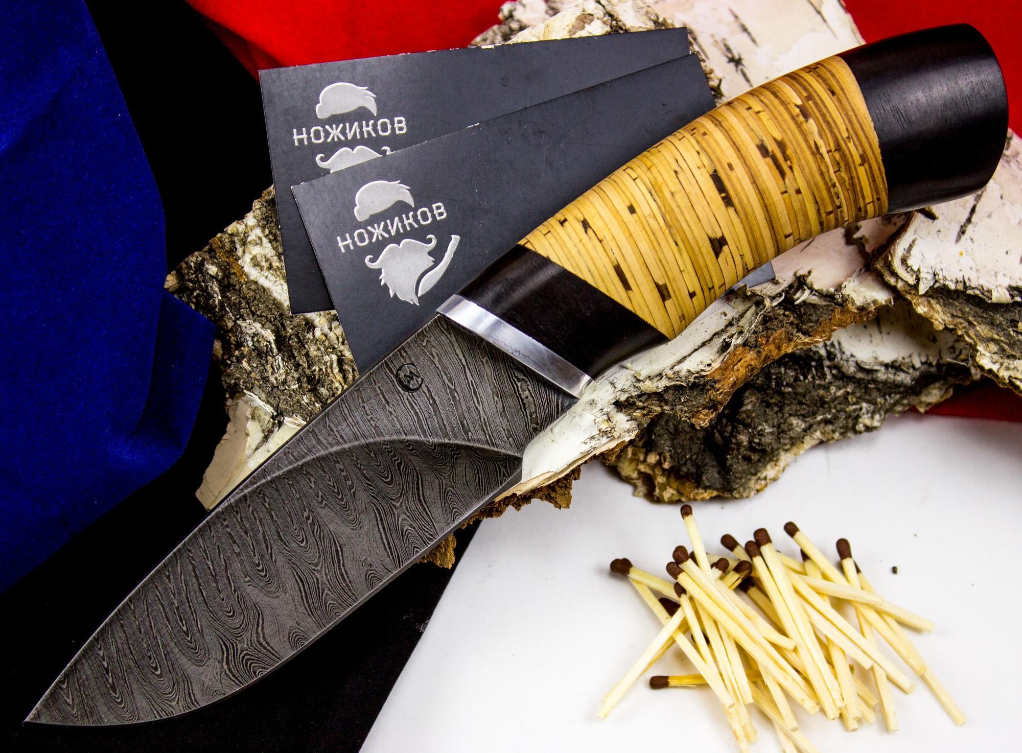 Нож Разделочный, дамасская стальНожи Ворсма<br>Для каждой разновидности ножа требуются определенные свойства, однако устойчивость режущей кромки к износу, или способность ножа долго «держать» заточку востребована всегда. Название ножа «Разделочный» красноречиво говорит о том, где он будет использоваться - для разделки туш и мяса. Материал лезвия - дамасская сталь, которая придает данному ножу требуемые для такой работы характеристики: прочность и остроту кованого лезвия и стойкость к образованию сколов. Конструкция ножа «Разделочный» такова, что он не является холодным оружием. Рукоять ножа изготовлена из бересты, скошенная гарда и тыльник - из черного дерева.<br>