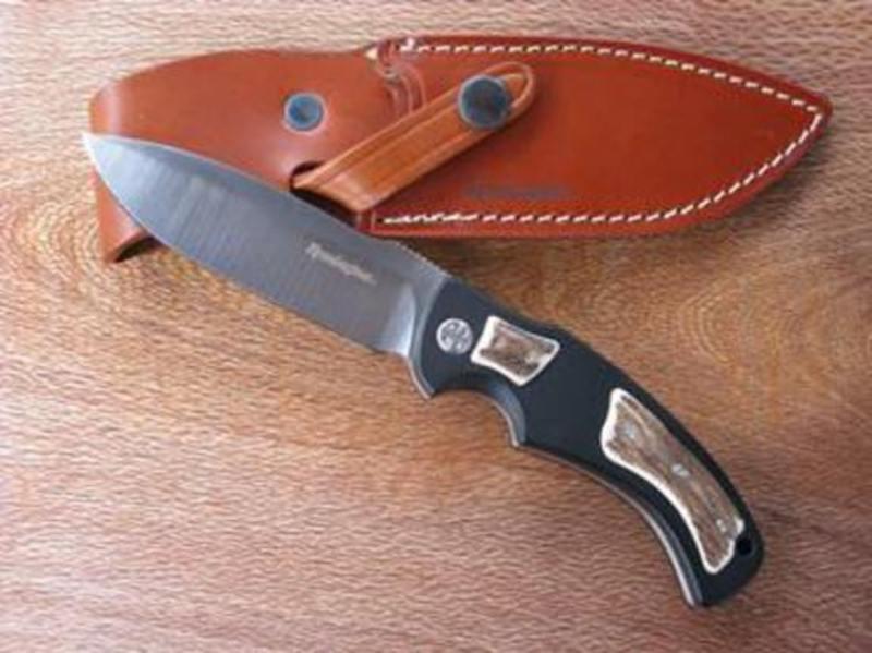 Нож с фиксированным клинком Remington Elite Hunter I RM\900FD CEРаскладные ножи<br>Благодаря своей эргономике и высокой функциональности, туристический нож с фиксированным клинком Remington Elite Hunter I RM\900FD CE пользуется заслуженным спросом. Для его изготовления использована марка стали 440C. При высоком уровне закалки она отлично сбалансирована по твердости и вязкости, лезвие из такой стали хорошо держит заточку. Специальная обработка сатинирование придает поверхности матовость и дополнительную защиту. Рукоять создана с помощью монтажа Full-Tang – к хвостовику цельнометаллической конструкции прикреплены накладки из анодированного алюминия, прочнейшего и долговечного материала. Небольшой нож-фиксед хорошо лежит в руке. Для хранения и транспортировки предусмотрен чехол.<br>