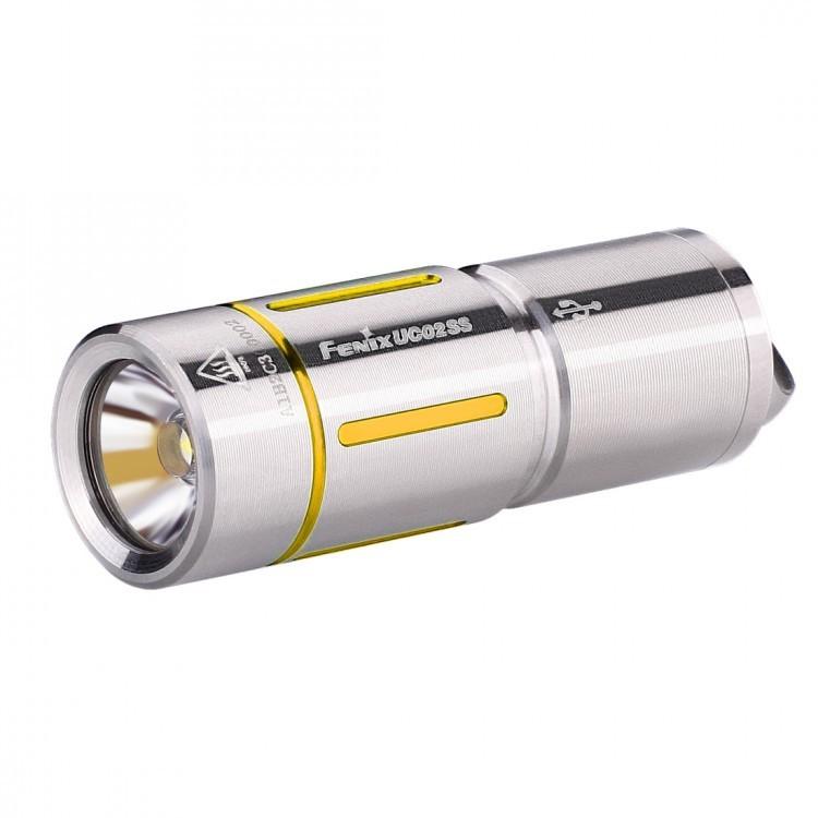 Фонарь Fenix UC02SS, золотистыйБренды ножей<br>Модель Fenix UC02SS сделана как можно более компактной, удобной и надежной. Этот фонарь работает всего на одном диоде — белом Cree XP-G2 S2. Особенность такого диода состоит в большой продолжительности его жизни. Он предоставит более 50 тысяч часов освещения. Максимально доступная для UC02SS яркость составляет 130 люмен. Это не так уж мало для фонаря-брелока и позволяет качественно освещать предметы или территорию не только на ближнем, но и на среднем расстоянии. Яркость 130 люмен дает режим High. В данном случае, дистанция освещения составляет 48 метров, а до полной разрядки аккумулятора фонарь проработает 25 минут. Второй режим гораздо более экономный. Он дает всего 10 люмен, что увеличивает время работы до разрядки до 3 часов 50 минут. Радиус освещаемой территории при этом составляет 14 метров.<br>Модель UC02SS работает с аккумулятором, который продается вместе с этим фонарем. Его формат — 10180. Такой аккумулятор можно многократно заряжать вновь, а потому прослужит он по-настоящему долго. Кстати говоря, для зарядки батарею не нужно вынимать из корпуса фонарика. Однако фонарю придется открутить голову, чтобы получить доступ к разъему micro-USB. Зарядка полностью разряженного аккумулятора продлится 45 минут. Когда индикатор переключится с красного на зеленый, процесс зарядки будет завершен.<br>Система управления для Fenix UC02SS реализуется при помощи поворотного кольца, которое расположено в районе головы фонарика. UC02SS не запоминает выбранную яркость и включается всегда в режиме Low.<br>Корпус изготавливается из нержавеющего сплава стали. На нем имеются цветные декоративные вставки, которые могут быть синими или же золотыми. В хвосте фонарика имеется стальная петля, в которую можно продеть темляк, цепочку или же шнурок, который входит в комплект. Соответственно, фонарь можно носить так, как вам будет удобно: на шее, в кармане, в сумке или на ключах.<br>Особенности:<br><br>маленький по размеру фонарь;<br>в комплект