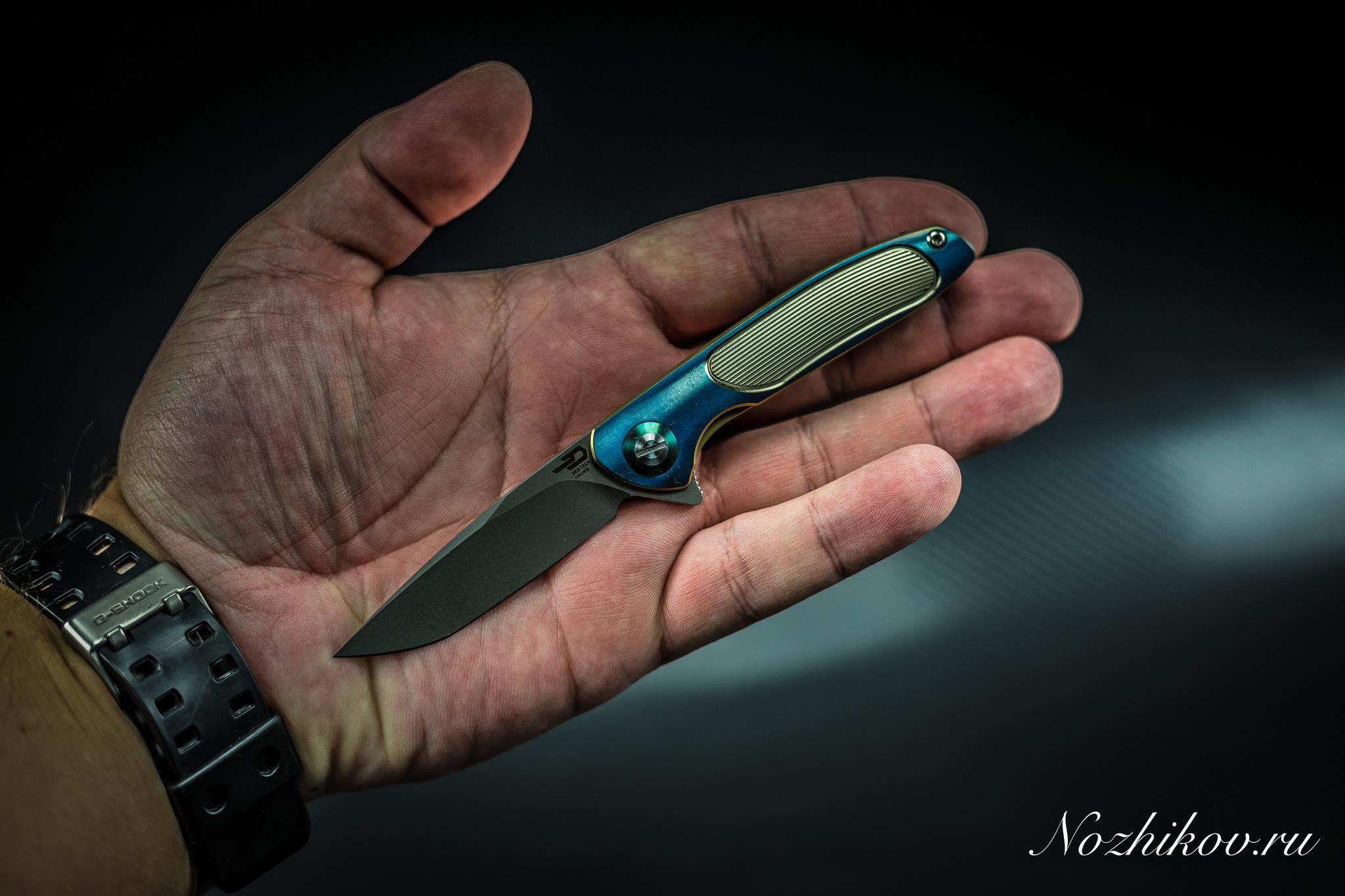 Складной нож Bestech Knives BT1705A, сталь CPM-S35VN, рукоять титанРаскладные ножи<br>СКЛАДНОЙ НОЖ BESTECH KNIVES BT1705A обладает вполне рабочей геометрией, но при этом выполнен из материалов премиум сегмента. Конечно, никто не будет открывать таким ножом консервы или резать колбасу. Можно смело сказать, что эта модель одна из икон ножевого стиля. Станете ли вы носить ее в кармане дорогого твидового пиджака или поместите на коллекционный ложемент - решать только вам. Здесь используется порошковая сталь высокой твердости. В состав стали входят такие легирующие элементы, как хром и молибден. Хром отвечает за ударную вязкость и защиту от коррозии, а молибден усиливает кристаллическую решетку и наделяет сплав высокой твердостью. Нож действительно не ржавеет даже при длительном контакте с влагой. Титановая рукоять дополняет общую стилистику и делает нож более легким.<br>