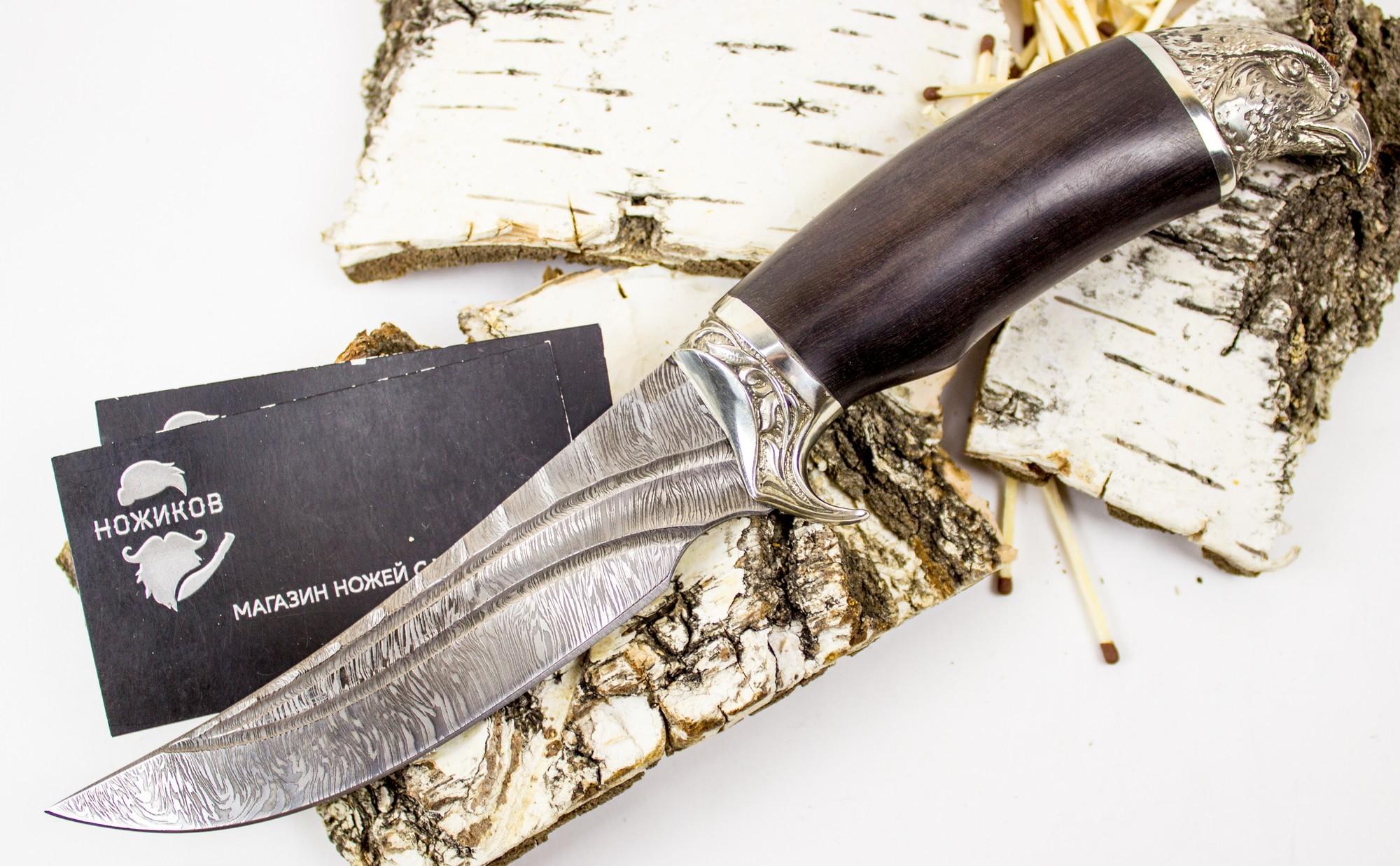 Нож Ворон, сталь дамаск, мельхиорНожи Ворсма<br>Настоящим мужчинам нужно делать настоящие мужские подарки. Нож Ворон порадует любого, кто увлечен охотой или рыбалкой. Такой нож можно подарить коллеге, другу или боссу. Клинок ножа выполнен из многослойной дамасской стали. По форме клинок напоминает крыло мудрой и сильной птицы. Сходство усиливается благодаря навершию в форме головы ворона. Такой нож станет семейным талисманом или тотемом, который будет приносить удачу в жизни или на охоте. Для хранения и транспортировки используются ножны из натуральной кожи.<br>