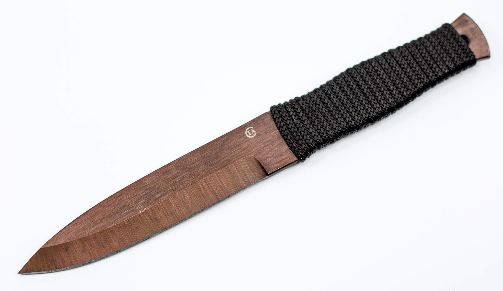 Метательный нож «Горец-3»65Г<br>Эта модель метательного ножа рассчитана на использование, как профессиональными, так и начинающими спортсменами. Общая длина ножа составляет 270 миллиметров. Нож такой длины можно использовать для броска с удержанием за клинок и для броска с удержанием за рукоять. Рукоять ножа обмотана синтетическим шнуром. Сделав несколько бросков, вы сможете подогнать баланс ножа под себя, увеличив или уменьшив количество шнура. Для хранения и транспортировки используется плотный нейлоновый чехол. На клинке размещено клеймо производителя, которое является своеобразным знаком качества продукции.<br>