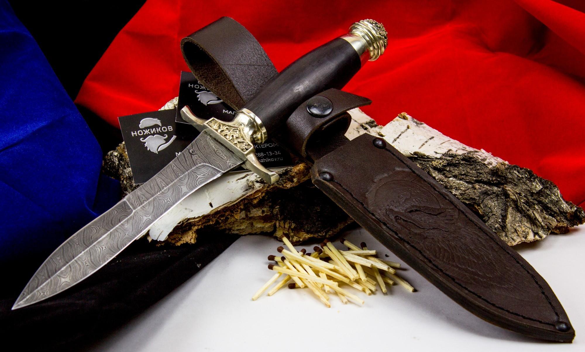 Нож Адмирал, дамасская стальНожи Ворсма<br>Хотя форма и напоминает кортик, характеристики ножа «Адмирал» отличают его от форменного элемента морского офицера. Клинок короче кортика на четверть, имеет длину всего 149,7 мм. Нож, изготовленный из узорчатой дамасской стали, незаменим в рубке и резании, не портится и сохраняет остроту даже после пребывания в соленой воде. Форма лезвия отличается схожестью с листком диковинного дерева. Заточено острие на две трети обуха, в сечении клинок имеет ромбовидную форму с вогнутыми спусками. Рукоять ножа изготовлена из древесины черного дерева, гарда имеет два ограничителя и тыльник из узорного литого мельхиора. Размеры и форма ножа «Адмирал» не дают возможности причислить его к оружию, но такому клинку обрадуются и ценители, и любители.<br>