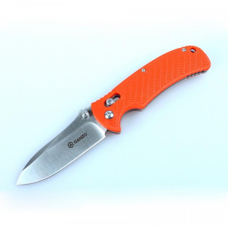 Нож Ganzo G726M оранжевыйРаскладные ножи<br>Компания Ganzo пополнила линейку универсальных складных ножей моделью Ganzo 726M. Этот нож предназначается для использования в любых туристических условиях или же как практичная городская модель. Его основные черты — это практичность, долговечность, удобство в использовании и стойкость к основным негативным факторам воздействия, в том числе — к ржавлению.<br>Основной материал для производства ножа Ganzo 726M — это нержавеющая сталь 440С, которая получила широкое распространение в ножевой индустрии. Это одновременно прочный и стойкий к коррозии сплав. Твердость стали 440С оценивается на уровне +-58 единиц по шкале Роквелла. Нож из этого металла не нуждается в особенно тщательном уходе и долгое время остается острым после затачивания. В данной модели длина лезвия составляет 8,5 см при общей длине ножа 19 см. Но с закрытым клинком габариты инструмента уменьшаются до 10,5 см в длину. Клинок гладко заточен, что позволяет работать этим ножом с большинством распространенных материалов. В том числе, Ganzo 726M поможет вам приготовить походный обед или же заострить рогатины для кострового котелка.<br>Положение клинка в каждом из крайних состояний фиксирует замок AxisLock. Его конструкция позволяет открыть нож одной рукой и делает невозможным случайное срабатывание механизма.<br>Для рукоятки ножа Ganzo 726M производители выбрали один из прочных современных материалов — нейлон, армированный стекловолокном. Он обеспечивает длительную долговечность изделия, привлекательный внешний вид и удобство работы с ножом. Пользователям доступно несколько цветовых вариантов рукоятки: оранжевый, хаки (зеленый) и черный. В любом из вариантов модели, на рукоятке размещена металлическая клипса для дополнительной фиксации ножа во время транспортировки и отверстие под шнурок. Эти детали помогут вам не потерять нож.<br>Особенности:<br><br>складной нож с замком AxisLock;<br>для клинка используется нержавейка 440С;<br>длина лезвия ножа — 8,5 см;<br>толщина