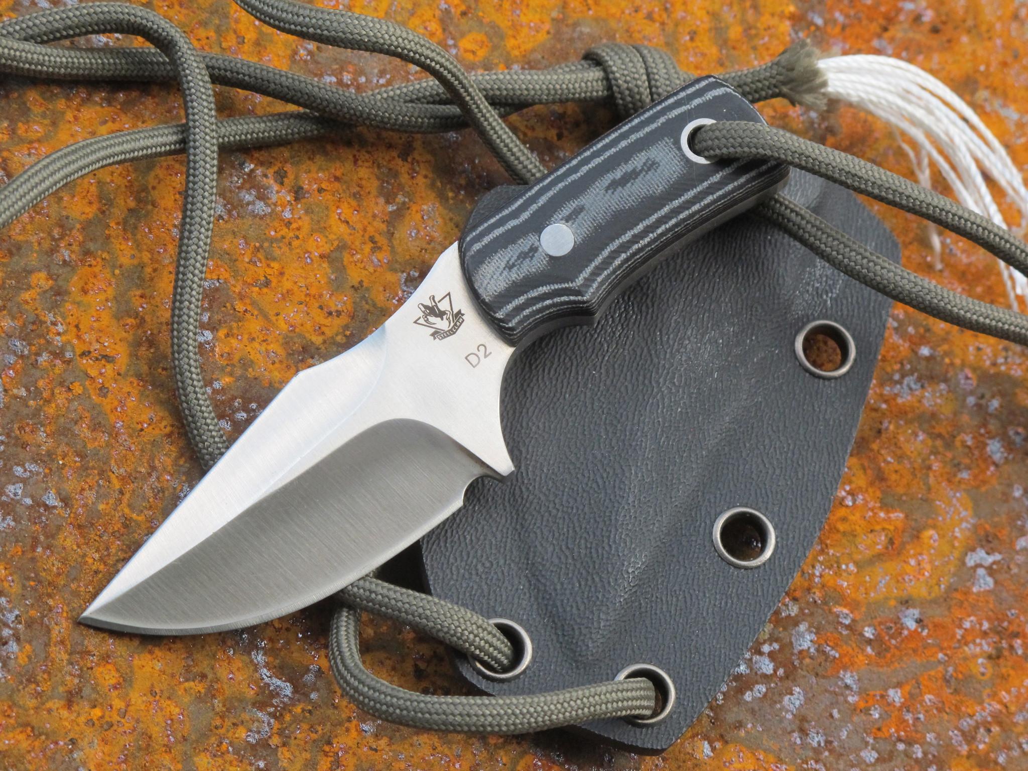 Шейный нож КоманчНожи скрытого ношения<br>Эта модель понравится тем, кто даже в городских условиях не может обходится без ножа с фиксированным клинком. Шейный нож Команч разработан с учетом необходимости не привлекать лишнего внимания. К интересной особенности этой модели стоит отнести ножны из кайдекса, которые оснащены отверстиями для комбинированного подвеса. С помощью шнура-паракорда нож можно носить на шее, на поясе или на элементах одежды. Клинок ножа имеет плавный изгиб лезвия, что увеличивает длину режущей кромки без увеличения общей длины клинка. Геометрия ножа позволяет использовать нож в качестве предмета, которым можно что-нибудь поддеть или отжать. Высокие спуски обеспечивают точный и ровный рез.<br>