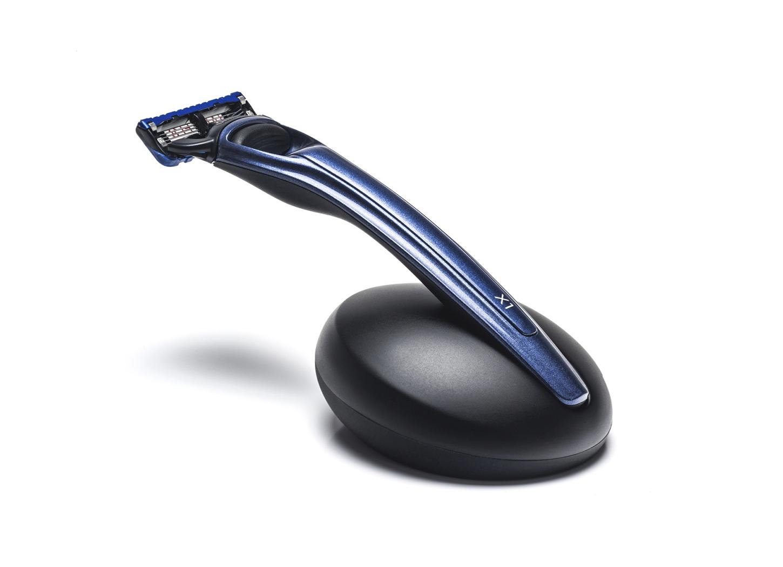 Подарочный набор Bolin Webb X1, бритва X1 синяя, подставка X1 чернаяПодарочные наборы ножей<br>Подарочный набор для бритья из двух предметов:- бритва Bolin Webb X1, синяя, Gillette Fusion- подставка для бритвы Bolin Webb X1, черная<br>Бритва и подставка от Bolin Webb в едином наборе - восхитительный и особенный подарок для искушенных. Необычный подход к дизайну, футуристические формы и эстетика Bolin Webb в сочетании с высочайшей практичностью гарантируют внимание и удивление. В 2014 году набор X1 завоевал победу на престижнейшем международном конкурсе дизайна iF PRODUCT DESIGN AWARD. В этом же году набор R1 получил Британскую премию Лучший подарок года.<br>