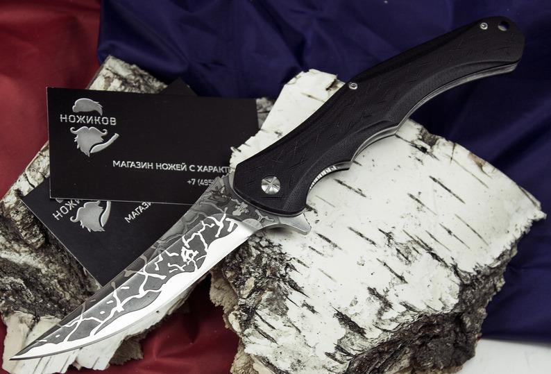 Складной нож Skopar-02Раскладные ножи<br>Складной нож SKOPAR-02 выполнен по мотивам рабочих ножей карпатского типа. Такие ножи использовались венгерскими и румынскими крестьянами в повседневной жизни для разрезания сыра и приготовления национальных блюд. Изогнутый вверх обух оснащен фальшлезвием, что обеспечивает нанесение эффективных колющих ударов. Такая особенность позволяет использовать нож для решения тактических задач. На клинок данной модели нанесено декоративное травление, которое делает этот нож статусным мужским аксессуаром.<br>