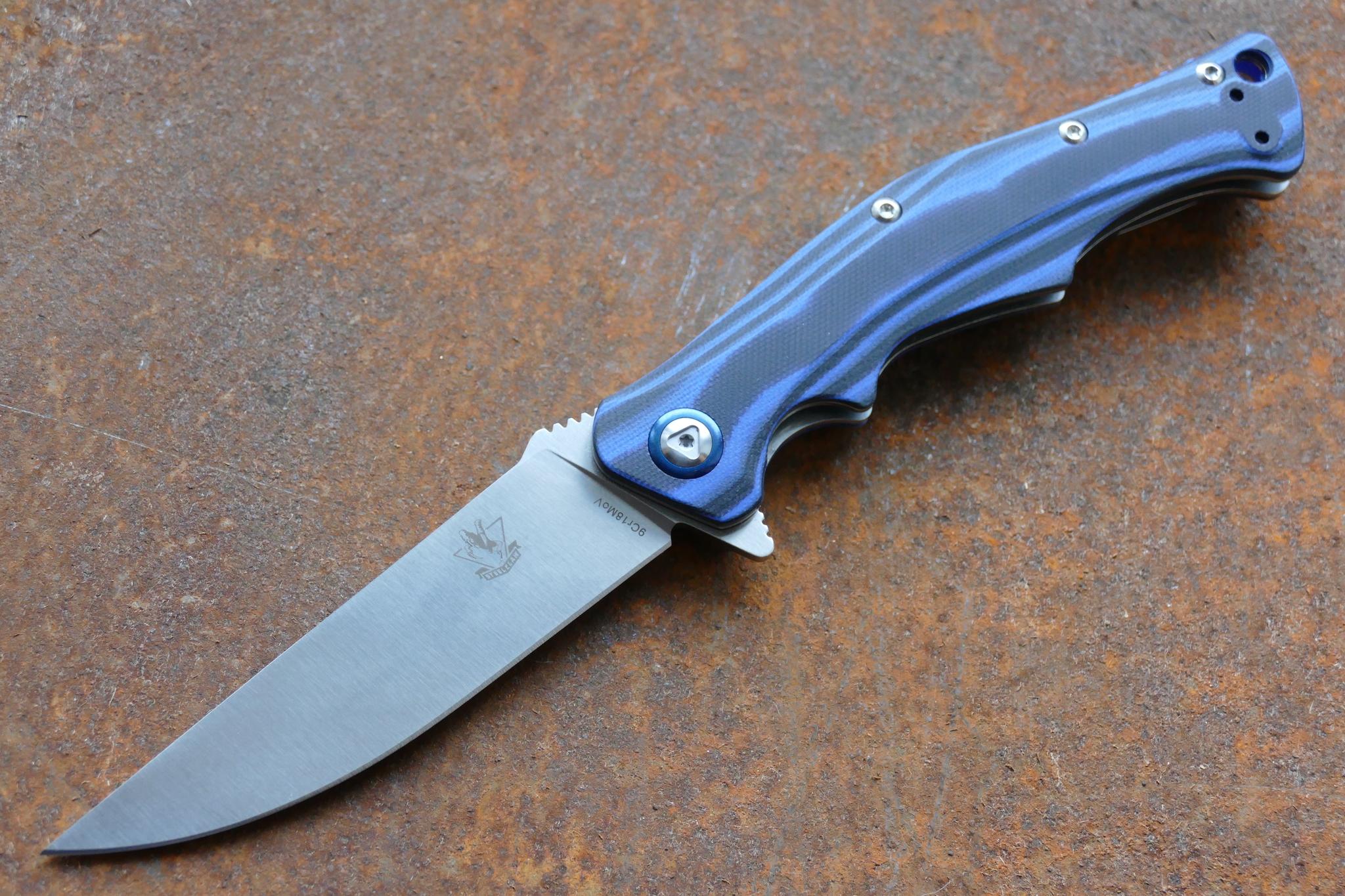 Складной нож Дагон, синийРаскладные ножи<br>Данная модель сочетает в себе тактические и рабочие характеристики. Создателям удалость в одной модели собрать все лучшее от разных типов ножей. Складной нож Дагон предназначен для постоянного ношения в городских или походных условиях. Модель оснащена системой моментального открывания одной рукой. В качестве элемента для открывания ножа используется выступ-флиппер. В открытом положении, флиппер превращается в упор-ограничитель, что повышает безопасность при выполнении силовой работы. Рукоять ножа выполнена из двухцветной микарты, что придает ножу стильный и необычный вид.<br>
