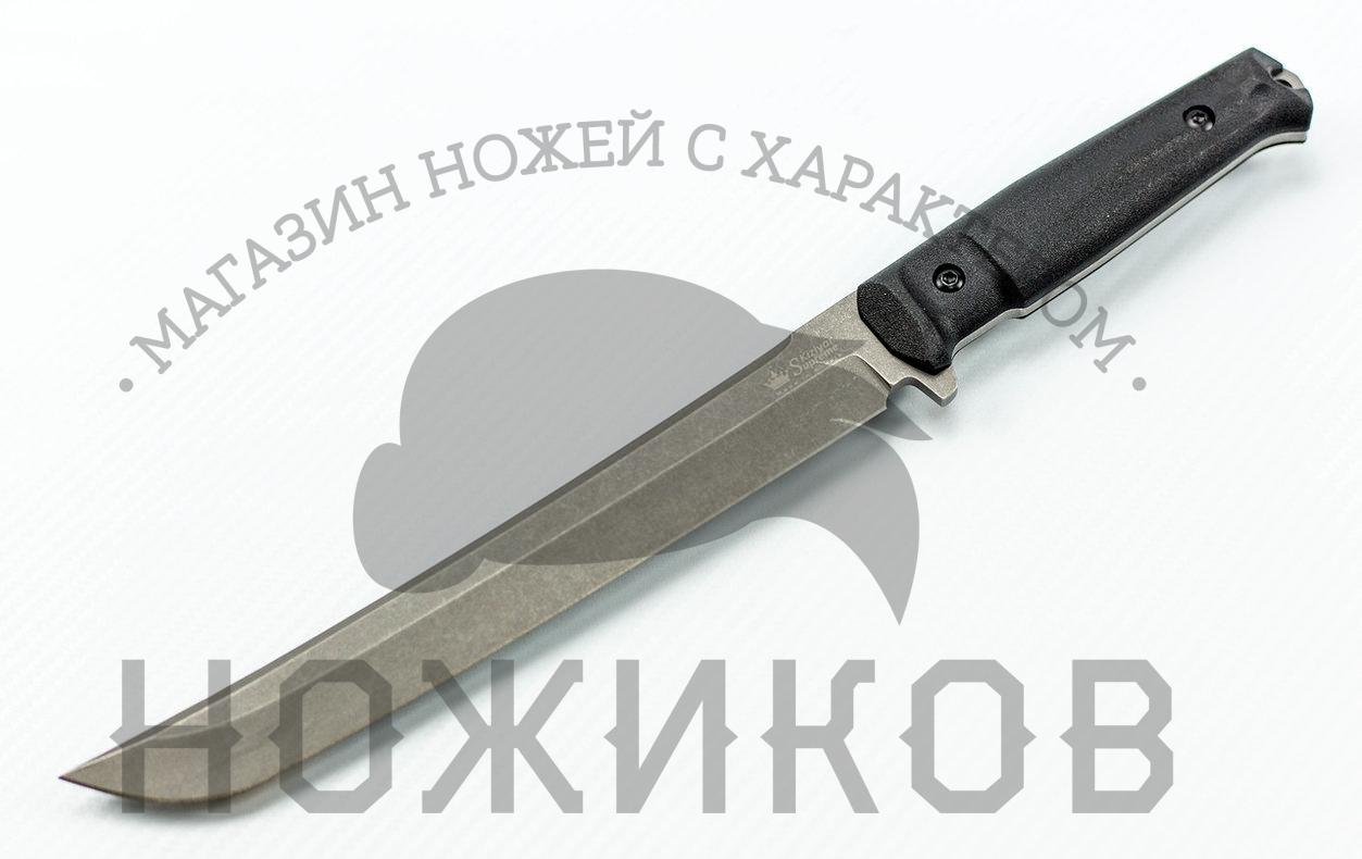 Нож Sensei AUS-8 DSW, КизлярНожи Кизляр<br>Комплектация- Нож, чехол с многофункциональным креплением Molle, темляк, международный гарантийный талон, подарочная упаковкаГарантия- Пожизненная гарантия от заводских дефектов<br>В ноже Sensei соединяются красота восточных традиций с русской практичностью. Функционально он объединяет в себе лагерный нож, мачете и японский вакидзаси. Клинок в форме правильного танто длиной 220 мм с максимальной толщиной 4.6 мм так и просится в работу. Его берешь в руку, как маленький меч – такое возникает чувство надежности и мощи. Баланс удачно смещен в сторону клинка, что позволяет с одинаковым комфортом резать, строгать и рубить. Конструкция full-tang обеспечивает огромную прочность. С этой же целью закалка клинка продумана так, чтобы дать ему отличную ударную вязкость и надежность при любых нагрузках.<br>Рукоять со сменными накладками из мягкого кратона и полноразмерная односторонняя гарда гарантируют надежный хват. Легкие прочные ножны из полиамида снабжены многопозиционной клипсой, совместимы с системой крепления MOLLE. Новая чехольная платформа SP совместно с клипсой позволяют разместить чехол под различными углами по отношению к ремню, что дает возможность использовать один из самых удобных способов ношения - по диагонали. В этом положении при наклоне рукоять и нож не упираются в пользователя и, самое главное, становится намного удобнее извлечения ножа из чехла, так как такое положение образует натуральный угол движения руки и извлечения ножа. Конструкция ножа простая, но максимально прочная: накладки рукояти, изготовленные из Kraton, известного своей износоустойчивостью к истиранию и повышенными фрикционными качествами, прикручены к цельнометаллическому хвостовику резьбовыми стяжками, а также дополнительно проклеены. Стоит отметить, что рукоять идеально совместима с тактическими перчатками. Безопасность при боевом применении ножа обеспечивает форма рукояти. Ярко выраженная гарда защищает пользователя и не позволит руке соскользнут