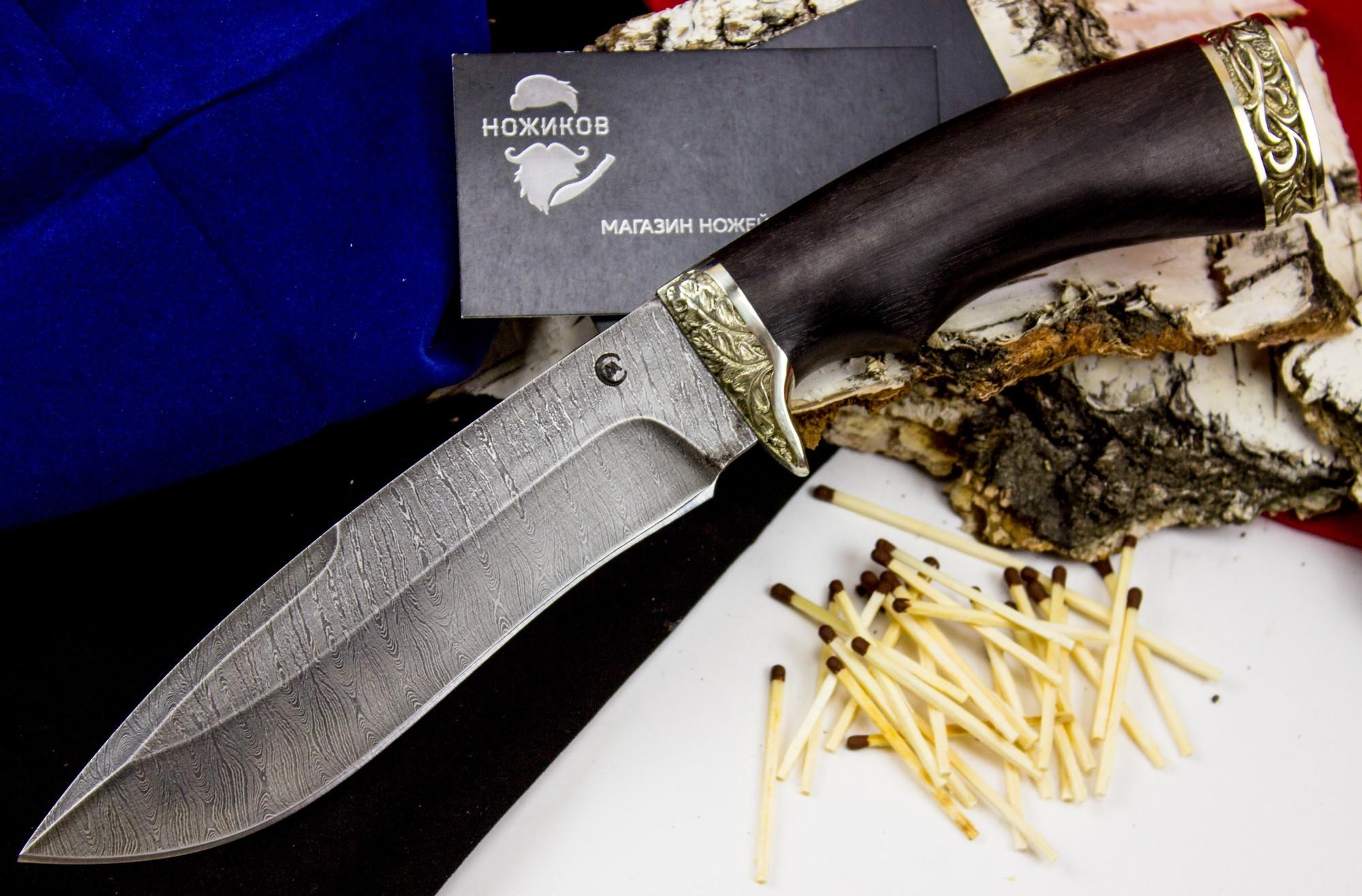Нож Скиф , дамасская стальНожи Ворсма<br>Происхождение названия ножа «Скиф» абсолютно соответствует его внешнему виду, за исключением длины. Нож «Скиф» - это почти точная копия скифского меча «акинак», хотя в малой длине лезвия есть свой плюс – данный нож нельзя считать холодным оружием. Во всем остальном - этот нож оригинальной вогнутой формы, с полуторной заточкой, ромбовидным сечением и клинком, изготовленным из дамасской стали.<br>Прочность без хрупкости, стойкость к ударам и гибкость, устойчивость к коррозии и строгое «парадное» оформление - не очень часто встречающийся набор. Рукоять их древесины граба украшает мельхиоровое литье с узорами, что превращает удобный оригинальный нож в необычный подарок<br>