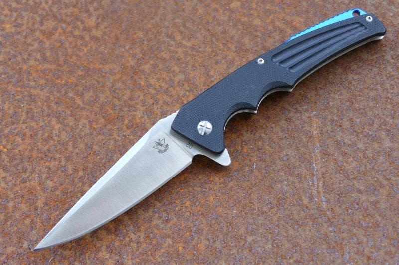 Складной нож ЗабиякаРаскладные ножи<br>Компактный складной нож Забияка предназначен для ежедневного использования в городских условиях. Нож имеет свою уникальную внешность, которая подчеркивает его бойцовский характер. Несмотря на свои небольшие размеры нож имеет превосходные тактические характеристики. Острый кончик обеспечивает нанесение сильных колющих и секущих ударов. Для надежной фиксации ножа в руке предназначаются две подпальцевые выемки и упор, который в сложенном состоянии выполняет роль плавника-флиппера.<br>