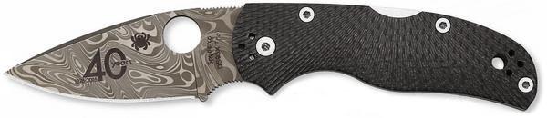 Складной нож Spyderco Native 5 DamasteelРаскладные ножи<br>Модель SPYDERCO NATIVE 5 DAMASTEEL представляет собой настоящее произведение искусства. Можно сказать, что в этой модели соединились традиции и современность. Клинок ножа выполнен из многослойной дамасской стали. В составе «пирога» чередуется слои с разным уровнем твердости. Накладки рукояти изготовлены из современного карбонового композита. Основная особенность этого материала — низкий вес и высокая механическая прочность.<br>