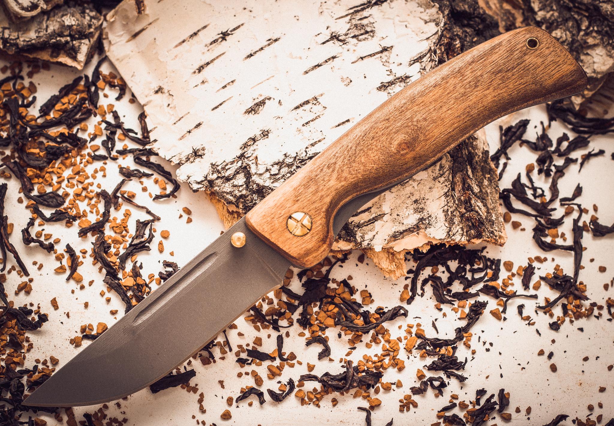 Складной нож Валдай, сталь 95х18, орехНожи Марычева<br>Нож «Валдай» это надежный карманный помощник, который может пригодиться тому, кто планирует отправиться в путешествие. Нож легок, компактен, оснащен удобными кожаными ножнами для переноски на поясе. Клинок ножа выполнен по аналогии с традиционными русскими ножами: прямой обушок, острый кончик и плавный изгиб лезвия. Такая форма клинка позволяет в процессе работы последовательно использовать всю поверхность режущей кромки и резать под нужным углом полностью контролируя передаваемое усилие. Практичная рукоять выполнена из стабилизированного ореха. Форма рукояти обеспечивает надежное удержание ножа в руке при любой температуре воздуха.<br>
