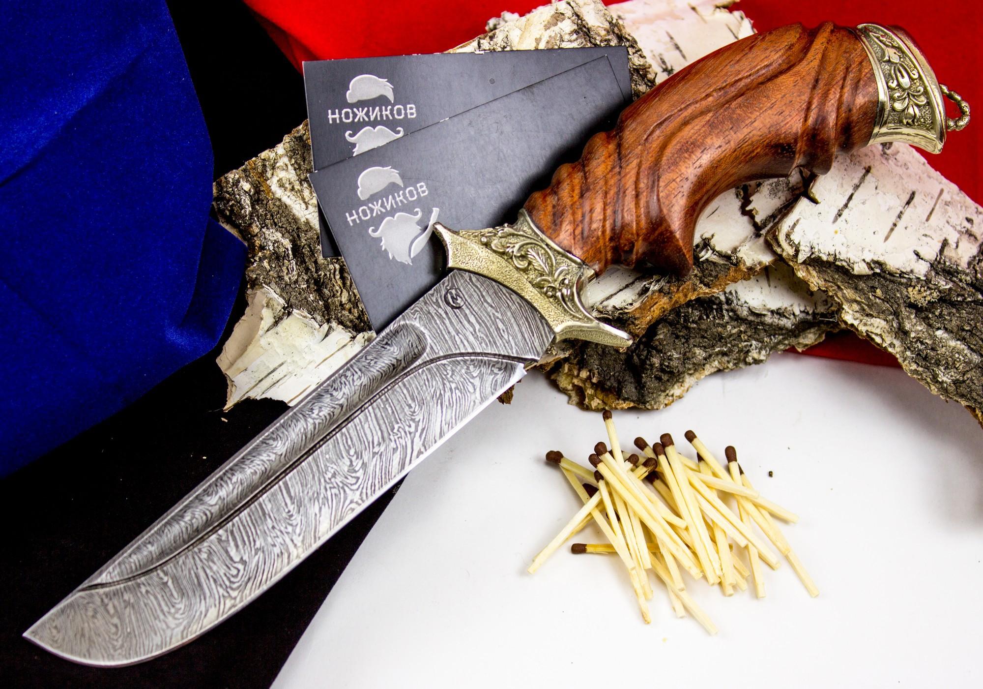 Нож Варяг с резной рукоятью , дамасская стальНожи Ворсма<br>Необычная форма ножа «Варяг» привлекает внимание. С первого взгляда становится понятно, что данный нож не является оружием. Это сразу заметно по клинку «без острия», у которого угол между обухом и скругленным лезвием составляет более 70 градусов. Лезвие ножа «Варяг» - с прямым обухом, ближняя к острию половина обуха - фальшлезвие без заточки, спуски выполнены по всей длине. Резная рукоять ножа «Скорпион» изготовлена из древесины ценных пород с подпальцевой выемкой. Гарда с двойным ограничителем и тыльник украшены узорным литьем из мельхиора. Уникальная по свойствам дамасская сталь - основа сдержанной красоты кованого ножа «Варяг».<br>