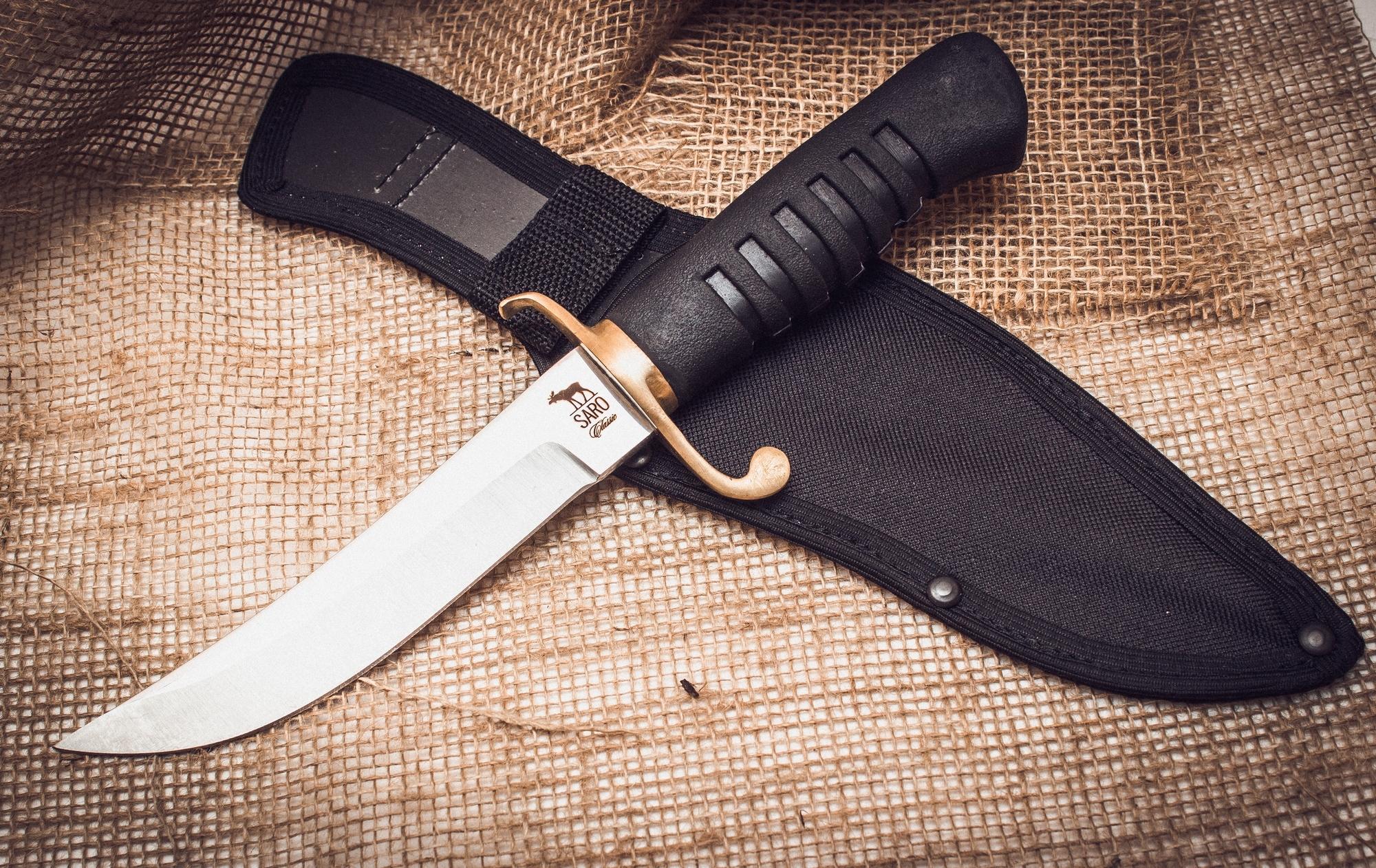 Нож КорсарНожи Ворсма<br>Стилизованный под кортик дизайн туристического ножа от «Саро» придется по душе ценителям гармоничных сочетаний функциональности и внешней эстетики. Ножи «Корсар» прекрасно подходят для туристических вылазок – надежное лезвие, выполненное из высоколегированной голубой стали отлично переносит самые значительные механические нагрузки, а твердость металла исключает появление вмятин и сколов на лезвии, кроме того, дополнительная заточка изделию требуется не так часто. Рукоять ножа выполнена из резины, благодаря чему использовать клинок исключительно удобно и необременительно.<br>
