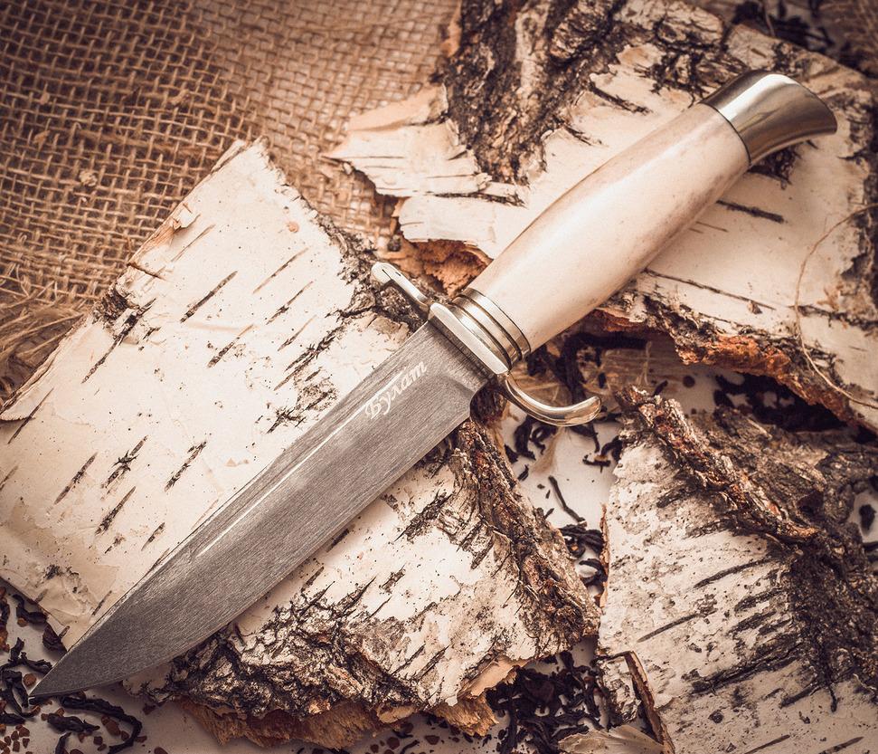 Финка НКВД из булата, рог лосяНожи разведчика НР, Финки НКВД<br>Финка НКВД из булата, рог лося – пример идеального ножа. Для производства клинков для таких моделей в Кузнице Завьялова использует булат. Его превосходные эксплуатационные характеристики не поддаются сомнению. Кроме того, такой финский нож из булатной стали имеет изумительно красивую рукоятку (длина 113 мм) из рога лося. Она прочная, гладкая, холодная. Гарда и обрамляющий элементы рукояти сделаны из мельхиора. Булатная финка поставляется в кожаном чехле. Это отличный подарок для поклонников ножей с особым характером!<br><br>Смотреть все ножи разведчика НР и финки НКВД.<br>