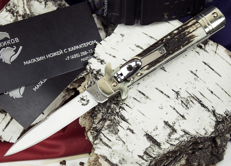 Выкидной нож AKC, рукоять костьВыкидные и автоматические<br>Этот нож выполнен в стилистке сицилийских ножей с боковым выбросом клинка. Такие ножи до сих пор используются членами итальянской «коза ностра». Широкую популярность ножи такого типа получили, благодаря кинотрилогии «Крестный отец». Данная модель практическим полностью соответствует оригинальным итальянским ножам. Нож имеет узкий клинок стилетного типа, накладки из натуральной кости и механизм автоматического открывания. В открытом положении нож имеет механическую фиксацию, что исключает возможность неконтролируемого складывания в процессе работы.<br>