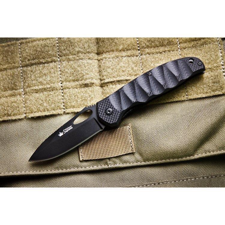 Складной нож Hero 440C BT, КизлярРаскладные ножи<br>Рифленная рукоять Hero имеет приятную на ощупь и красивую на вид трехмерную обработку. Помимо этих качеств,обработанная таким способомрукоять улучшает надежность хвата и сцепления с рукой, которые необходимы при выполнении интенсивных работ.Клинок Hero классической формы изготавливается из высококачественной стали 440С и имеет твердость около 60 HRC.Открывать клинок легко как с левой, так и с правой стороны благодаря овальному отверстиюна клинке.Нож снабжен упругой клипсой и отлично подходит для повседневного ношения (EDC).Также наноже имеется отверстиепод темляк.<br>Комплектация Нож, международный гарантийный талон, подарочная упаковка<br>