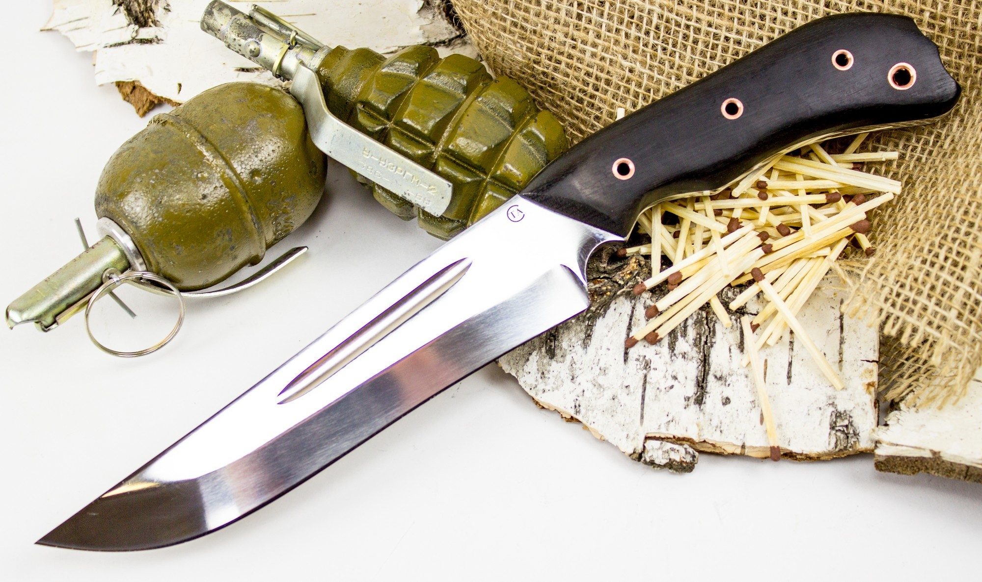 Нож Гарпун-1, сталь 95х18, венгеНожи разведчика НР, Финки НКВД<br>Нож Гарпун-1 обладает высокой прочностью, благодаря тому, что он представляет собой «фулл-танг». Нож изготовлен из единого куска стали. Такой нож практически невозможно сломать. Геометрия ножа предназначена для нанесения сильных колющих и рубящих ударов. Рукоять оснащена глубокими подпальцевыми выемками, которые защищают пальцы от соскальзывания на режущую кромку. На тыльнике рукояти размещено отверстие для темляка или подвеса. Тыльная часть рукоятки имеет расширение, благодаря чему нож уверенно фиксируется при выполнении рубящих ударов.<br>