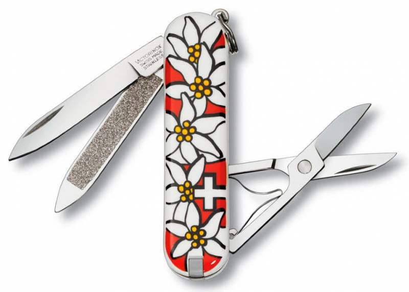 Нож перочинный Victorinox Edelweiss 0.6203.840 58мм 7 функций дизайн рукояти ЭдельвейсШвейцарские армейские ножи Victorinox<br>Серия Знаменитая классическая коллекция, 58 мм Нож - брелок CLASSIC - это многофункциональный инструмент с набором из 7 функций: Лезвие Ножницы Кольцо для ключей Пинцет Зубочистка Пилка для ногтей с: - Инструментом по уходу за ногтями Длина: 58 мм Цвет: Эдельвейс<br>